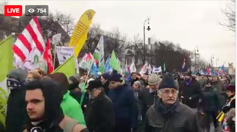Elég volt!-skandálással elindult a menet a Hősök teréről a Kossuth tér felé
