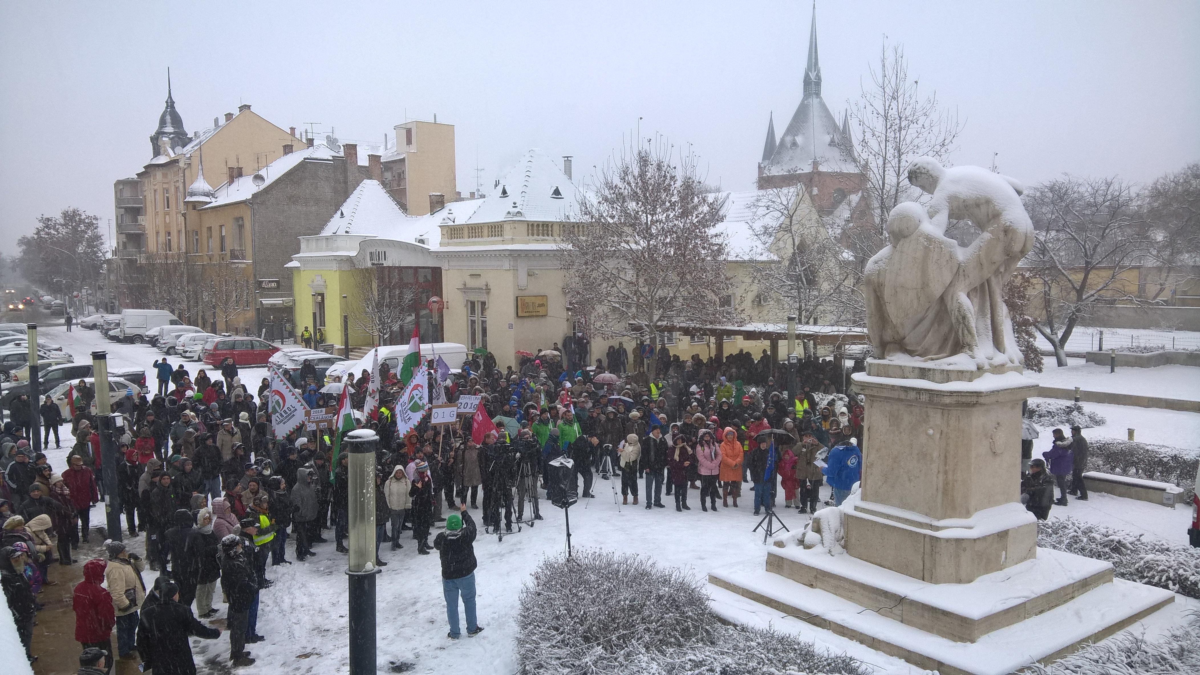 Kormányellenes tüntetés volt Hódmezővásárhelyen, Szolnokon, Komlón és Debrecenben is