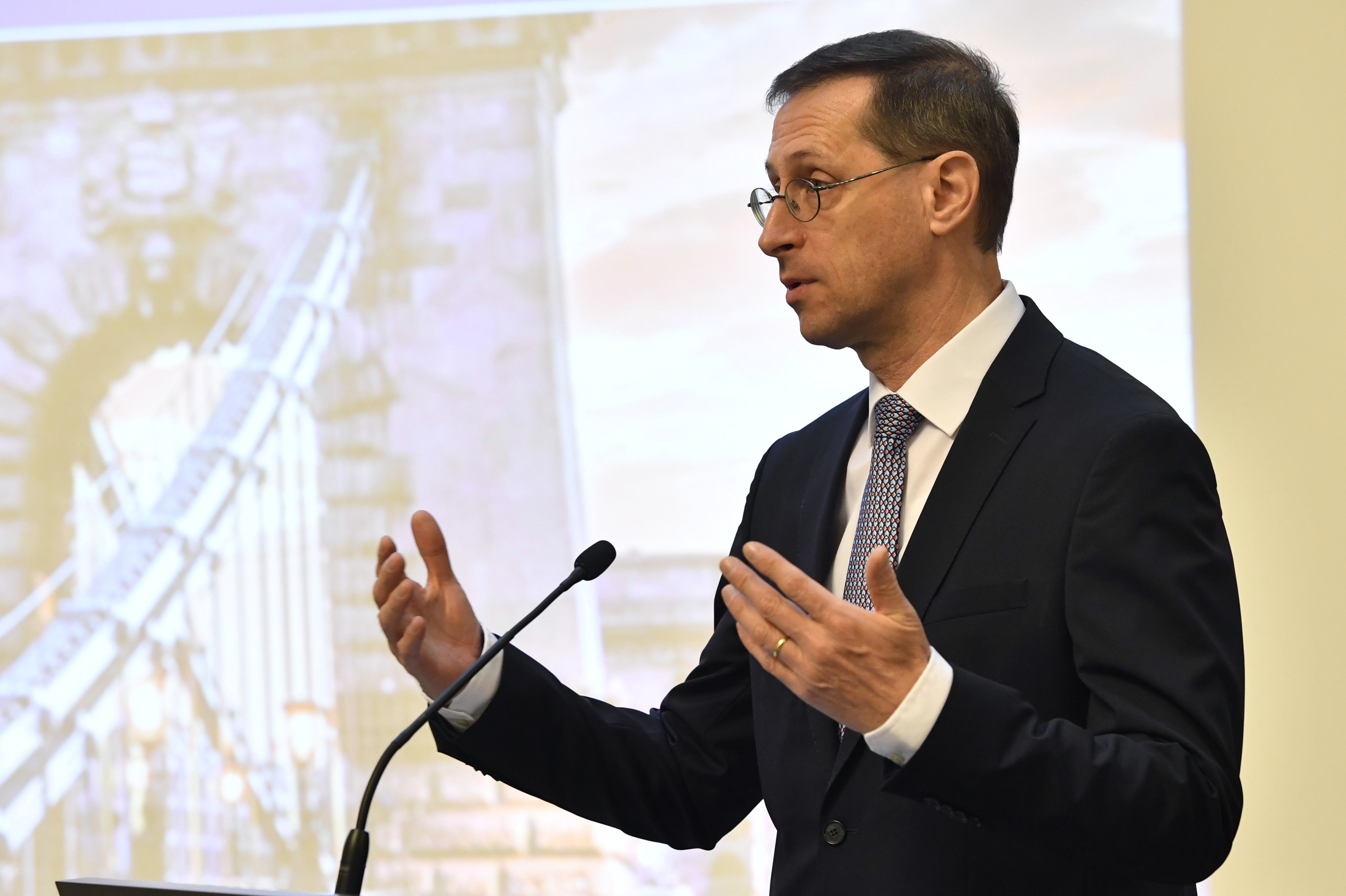 Varga Mihály: 5-6 évet léptünk vissza adósságcsökkentésben a járvány miatt