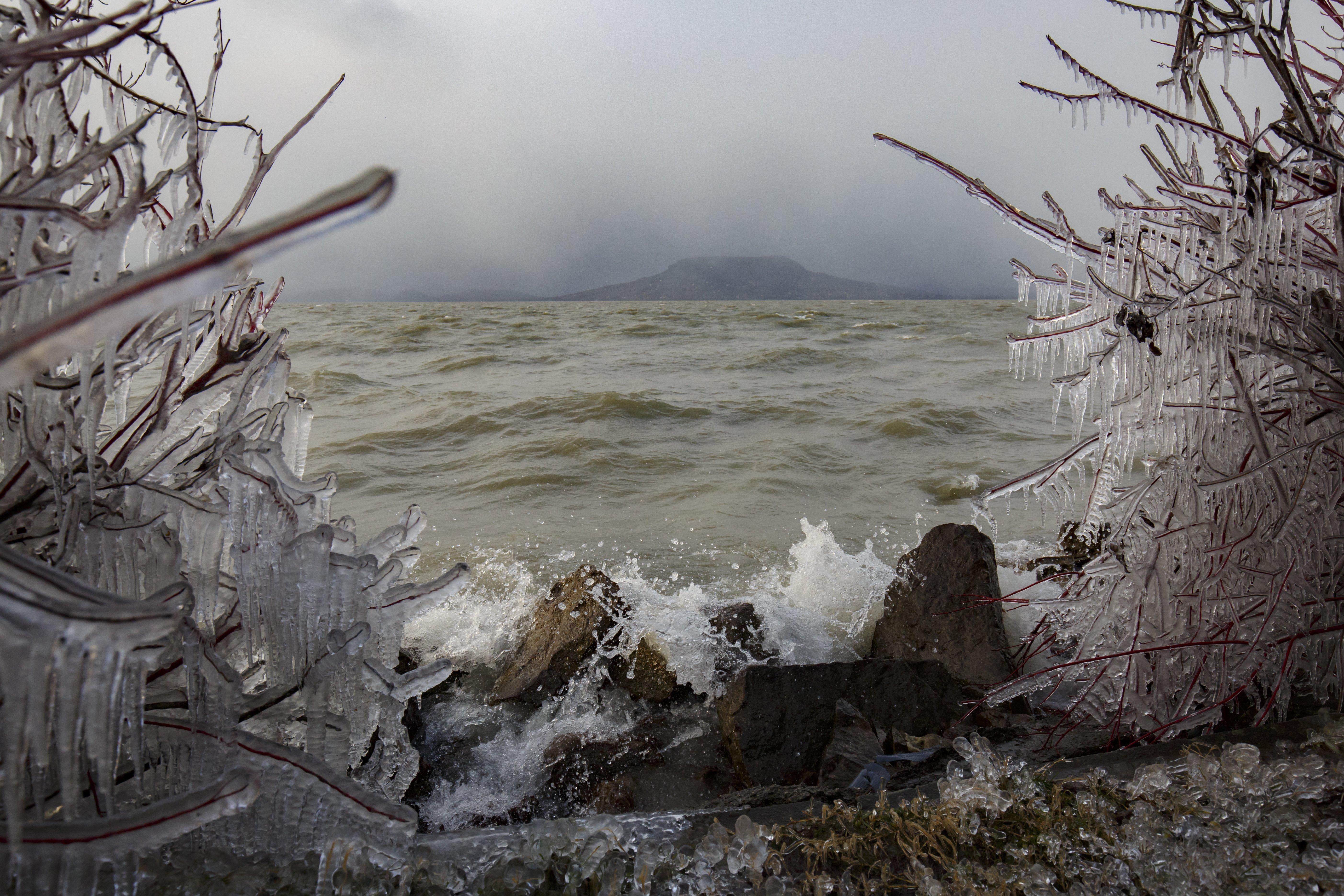 Ha a Balaton még nem is, a part menti pocsolyák már jegesednek