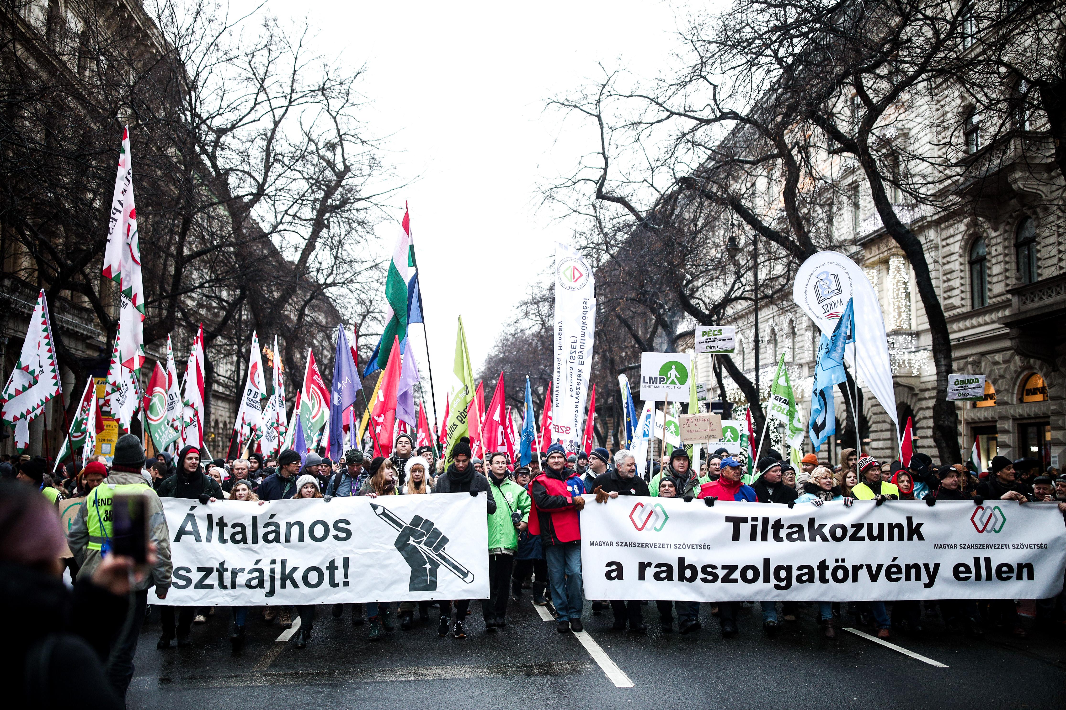 Bocsánatkérés és sérelemdíj jár az Origótól a túlóratörvény-tüntetés miatt listázott civileknek