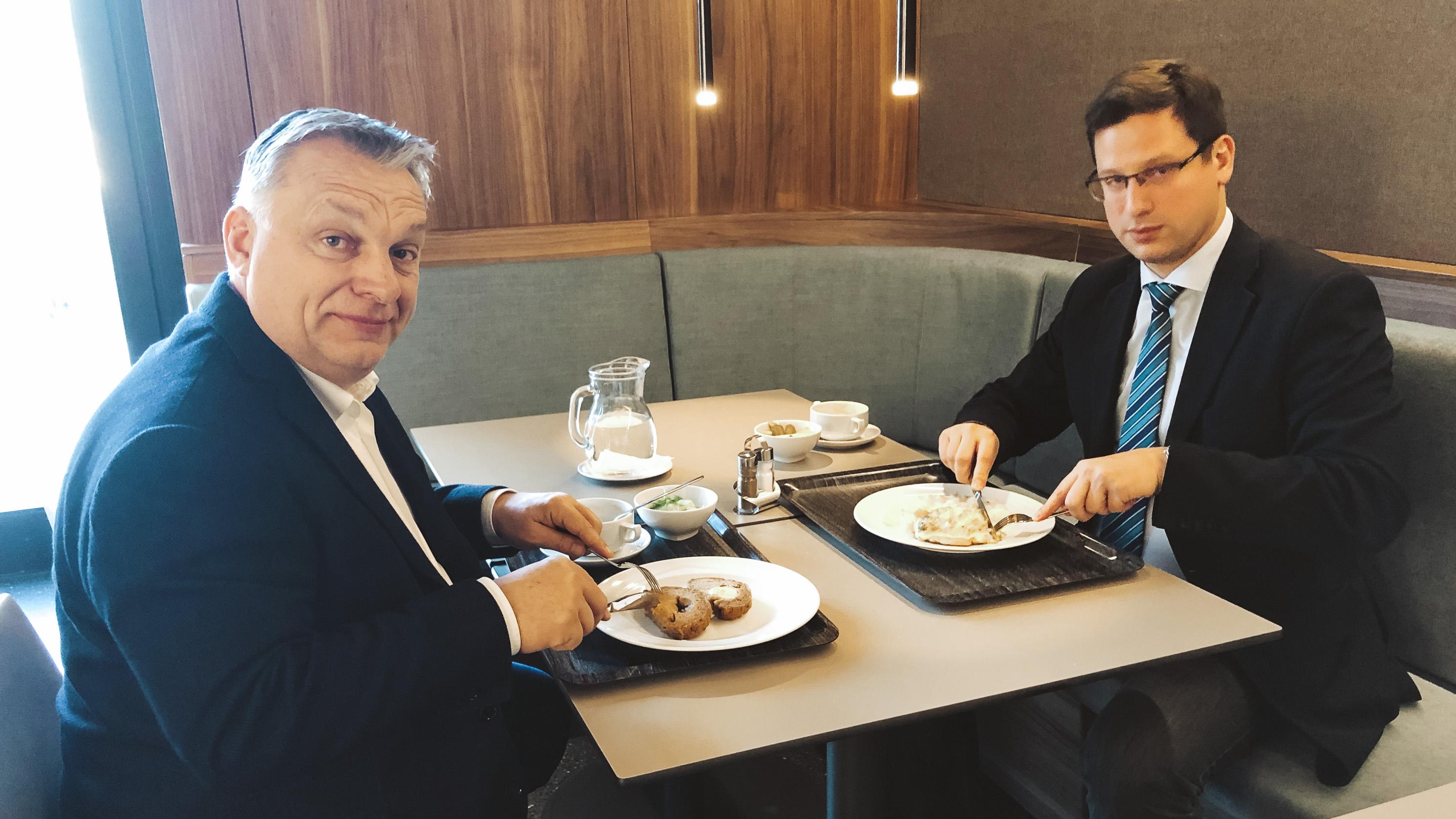 Gulyás Gergelyt majdnem Magyar Narancs olvasásán kapta a fideszes újságíró, de a miniszter ügyesen kivágta magát