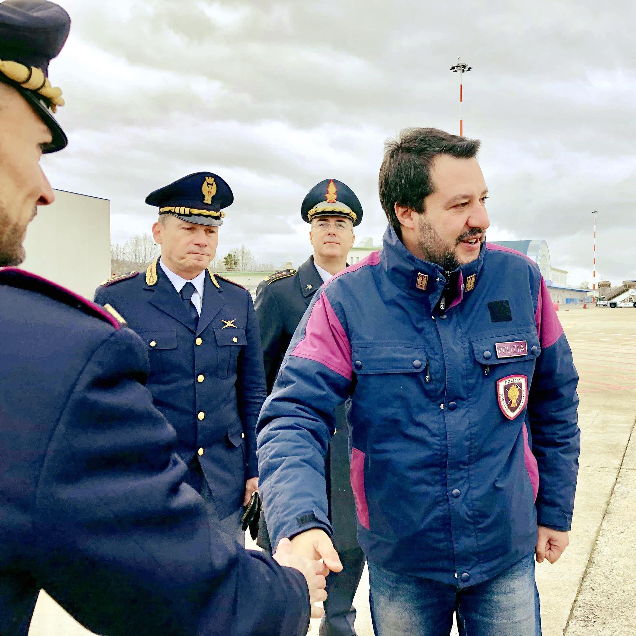 Megbüntetnék Salvinit, amiért egyenruhában pózolt