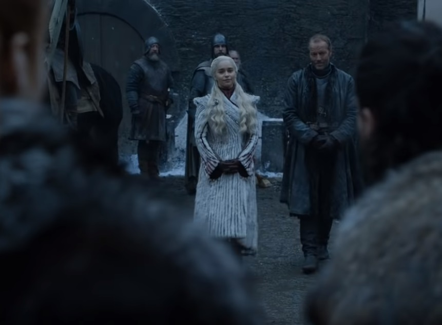 A következő évadban is műszőrme kabátban feszít a sárkányos csaj a Trónok Harcában