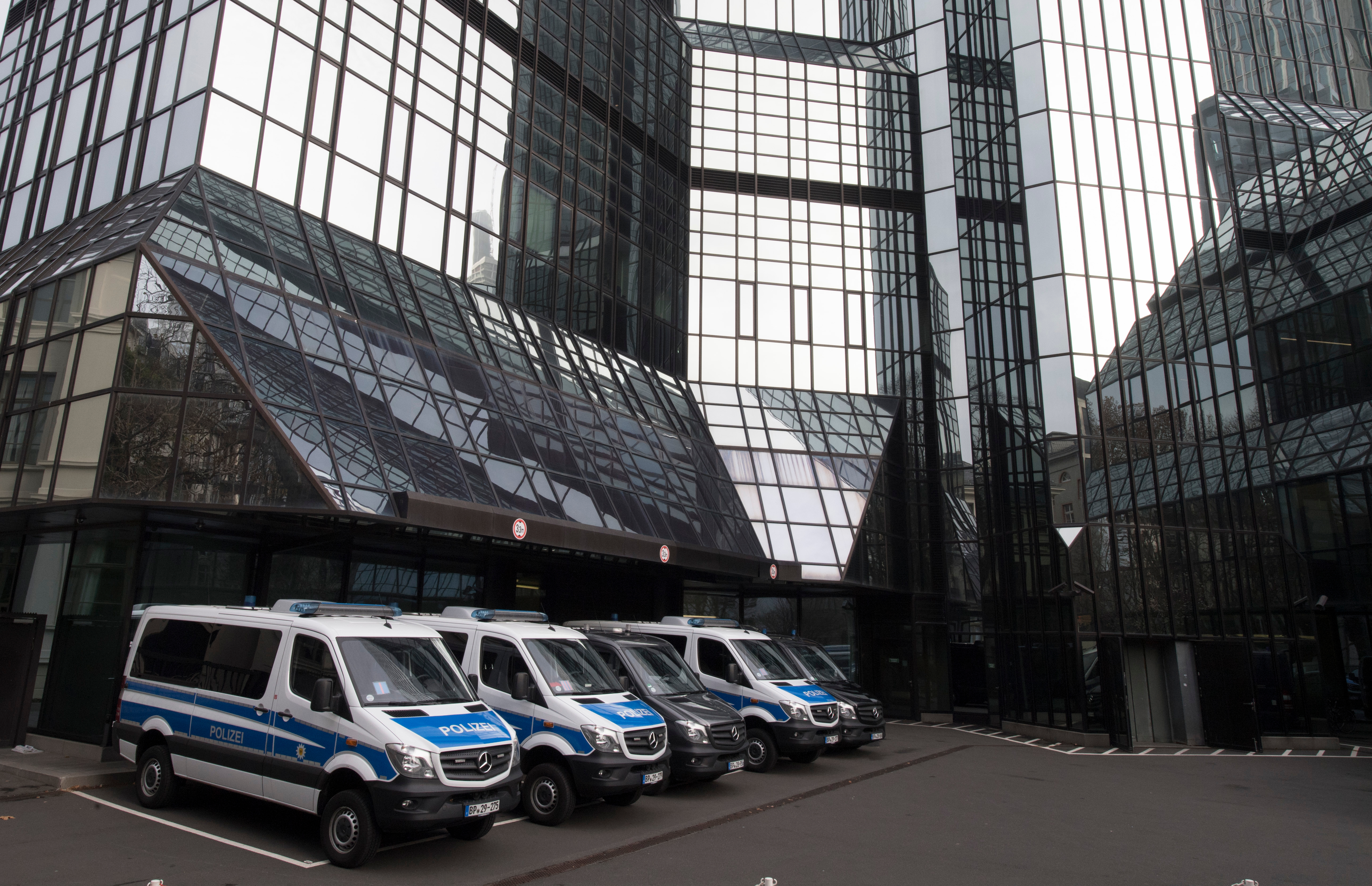 Több száz, pénzmosásban érintett ügyfél nevét tartalmazó listát szerezhetett meg a német rendőrség a Deutsche Bank székházának megszállásakor