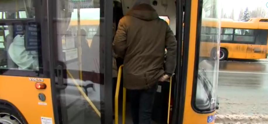 Vizsgálja a Volán, miért nem vitte el a buszsofőr a 18 éves lányt, aki előbb tízezressel fizetett volna, majd a táskája alján kutatott volna apróért