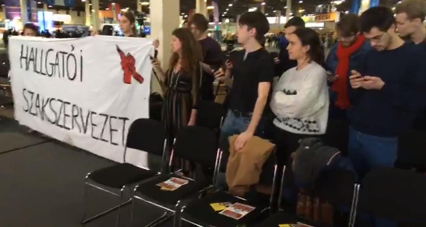 """""""Nagyon elegünk van abból, hogy folyamatosan kibasztok velünk!"""" - tüntetők zavarták meg a helyettes államtitkár beszédét az Educatio Kiállításon"""
