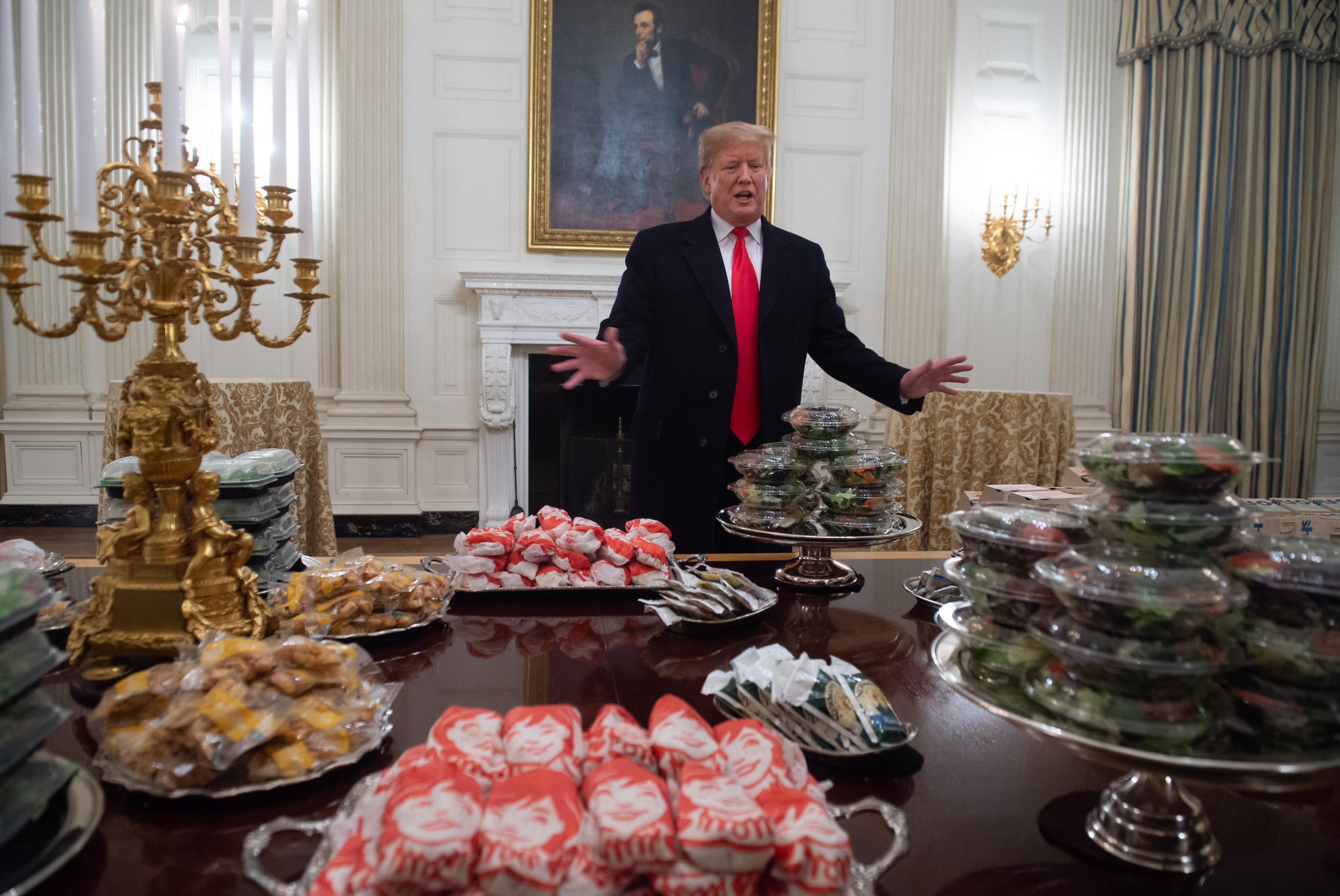 Saját pénzen vett hamburgerekkel vendégelte meg a bajnokcsapatot Trump a kormányzati leállás miatt