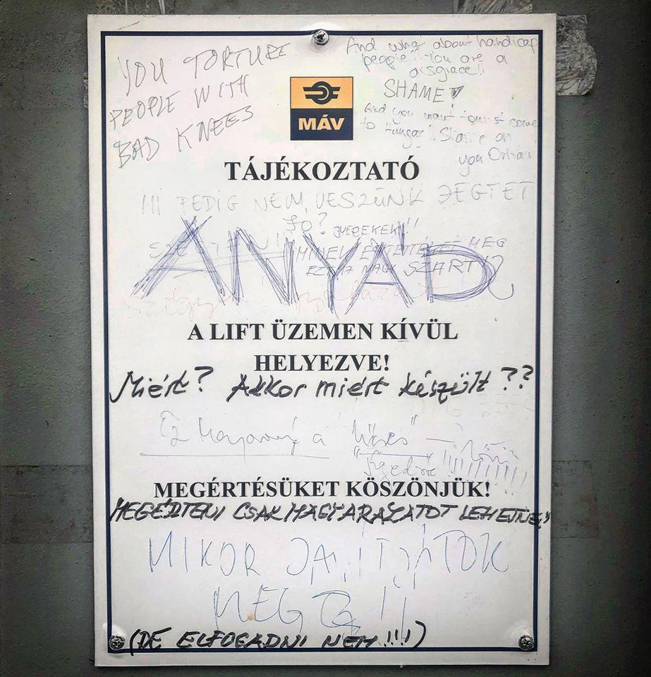 Csak egy tábla a vasútállomáson, amely egyetlen képbe sűríti a magyarok minden dühét és kérdését