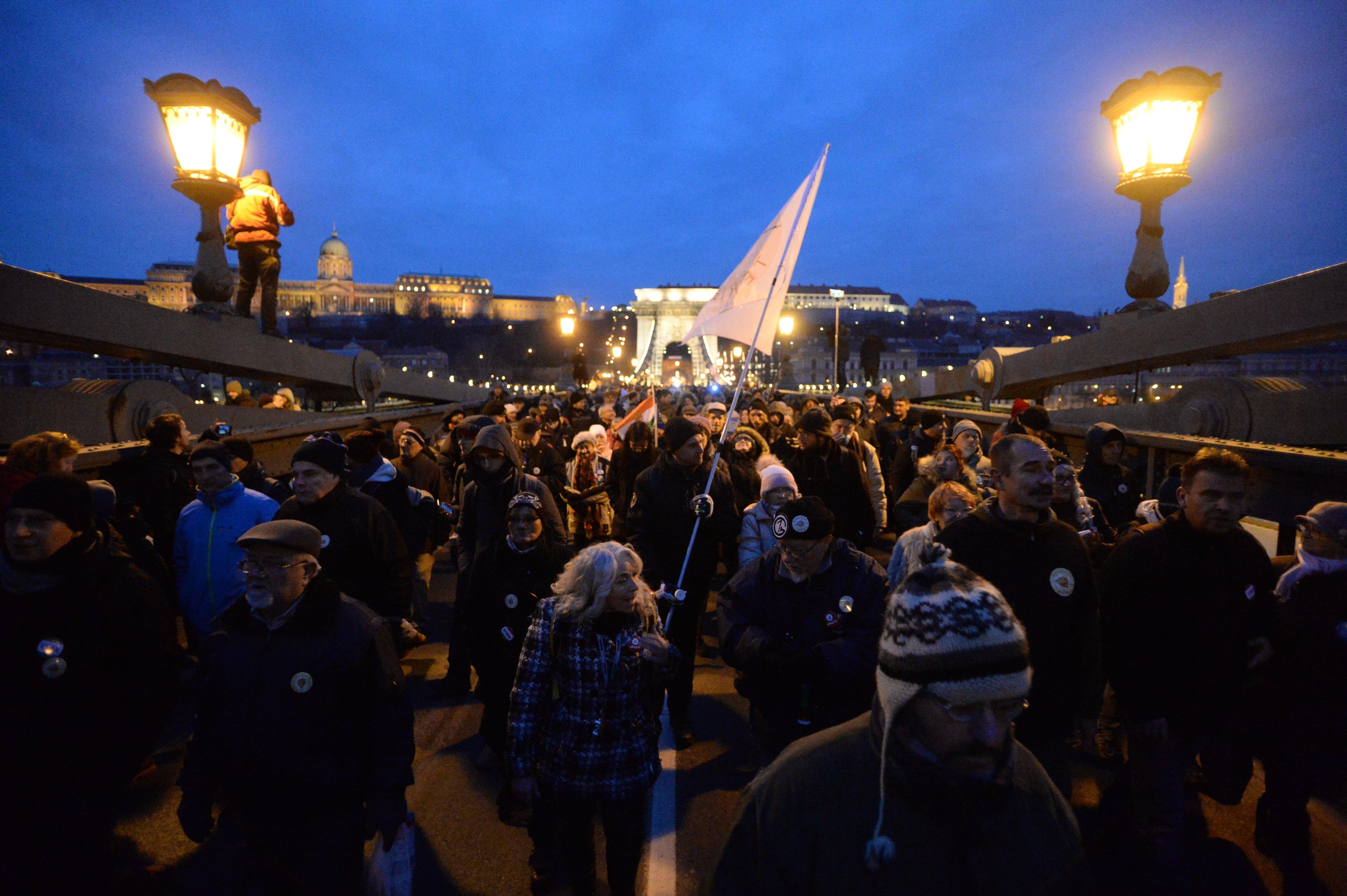 Hatvan helyen tüntettek az országban a túlóratörvény ellen