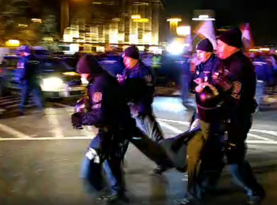 Igazoltatják a Lánchídon maradt, távozó tüntetőket