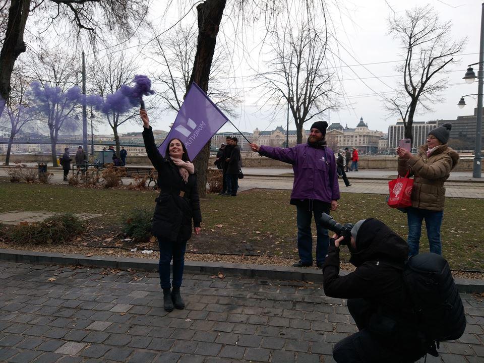 A rendőrség azt állítja, jogszerűen vizsgálták át a momentumos Cseh Katalin holmiját, amikor igazoltatták és eljárást indítottak ellene