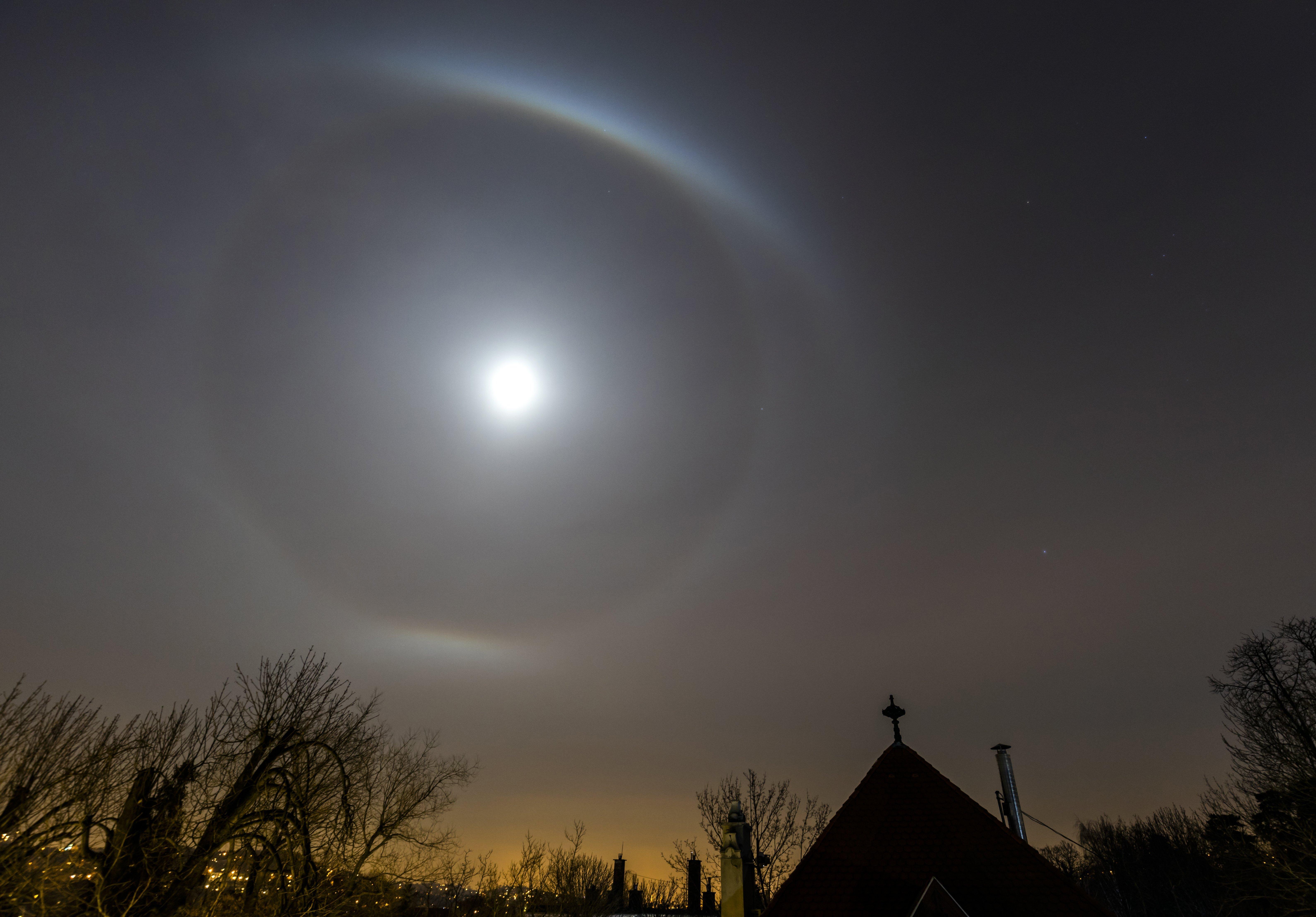 Halo, mi az a búra a Hold körül?