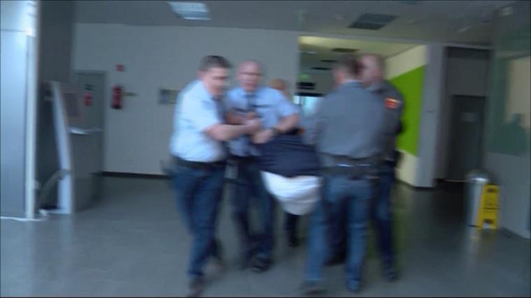 Új felvétel arról, ahogyan az MTVA biztonsági őrei Hadházy Ákost rángatják