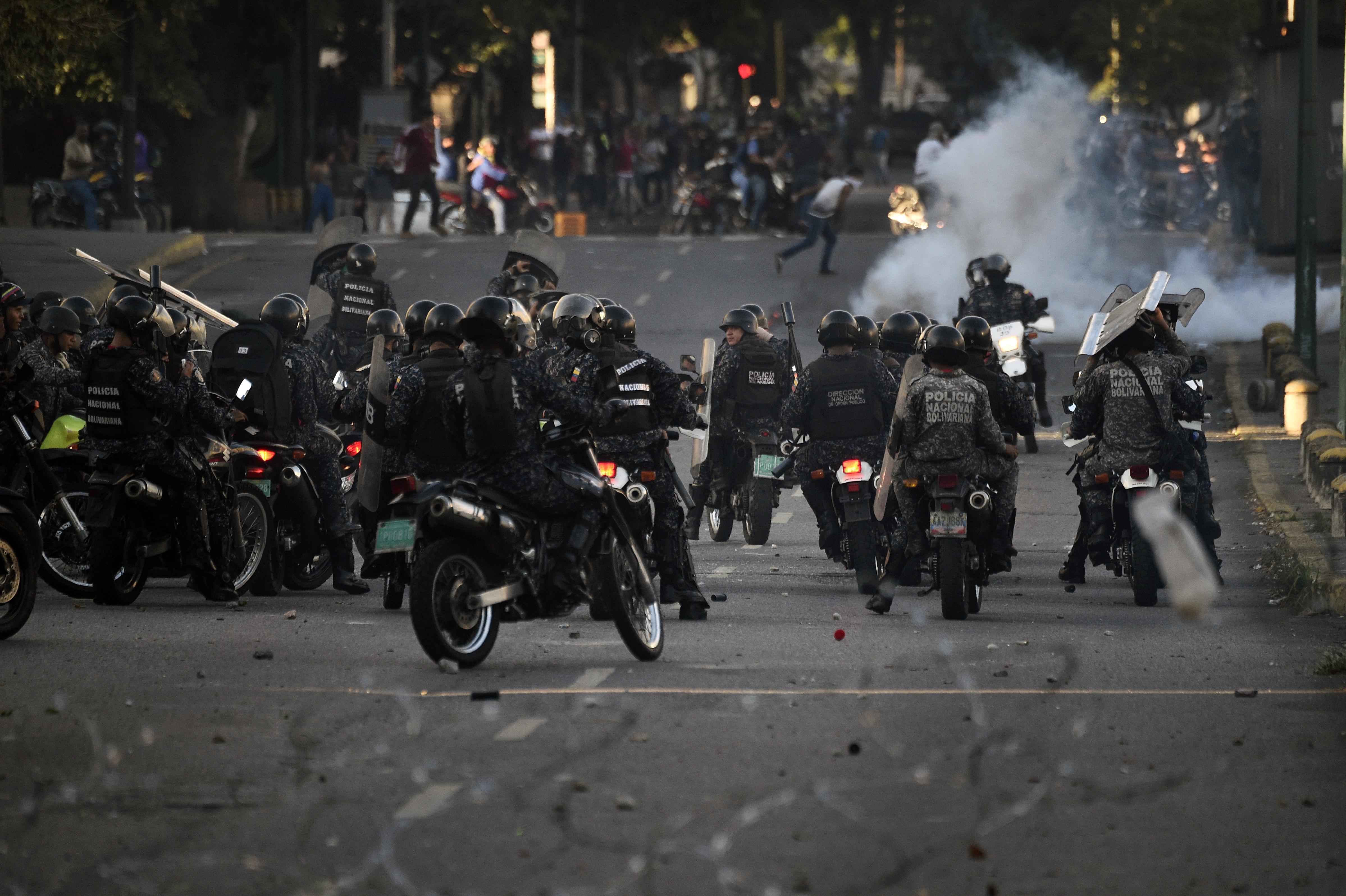 Már legalább 13 halottja van Venezuelában a kormányellenes lázadásnak