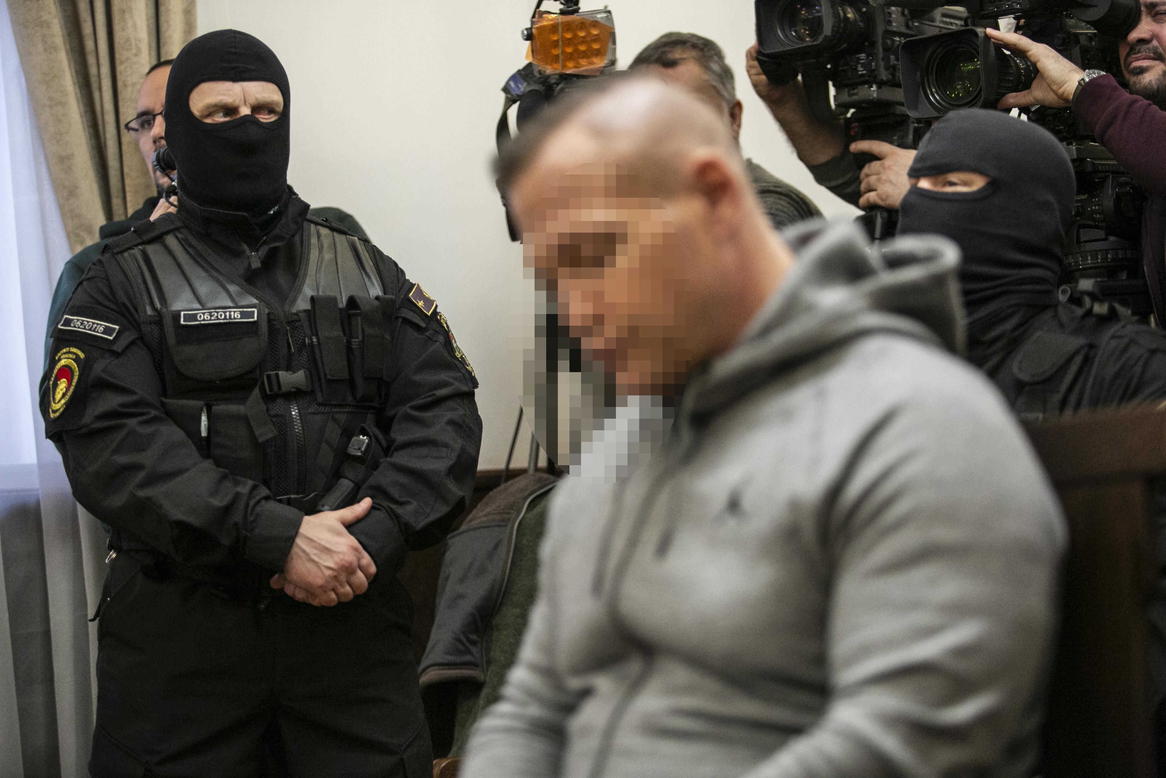 Két kispályás csaló átverte M. Richárdot és egymást is, az egyik ötször is hiába próbálta visszaszerezni a gázoló jogosítványát