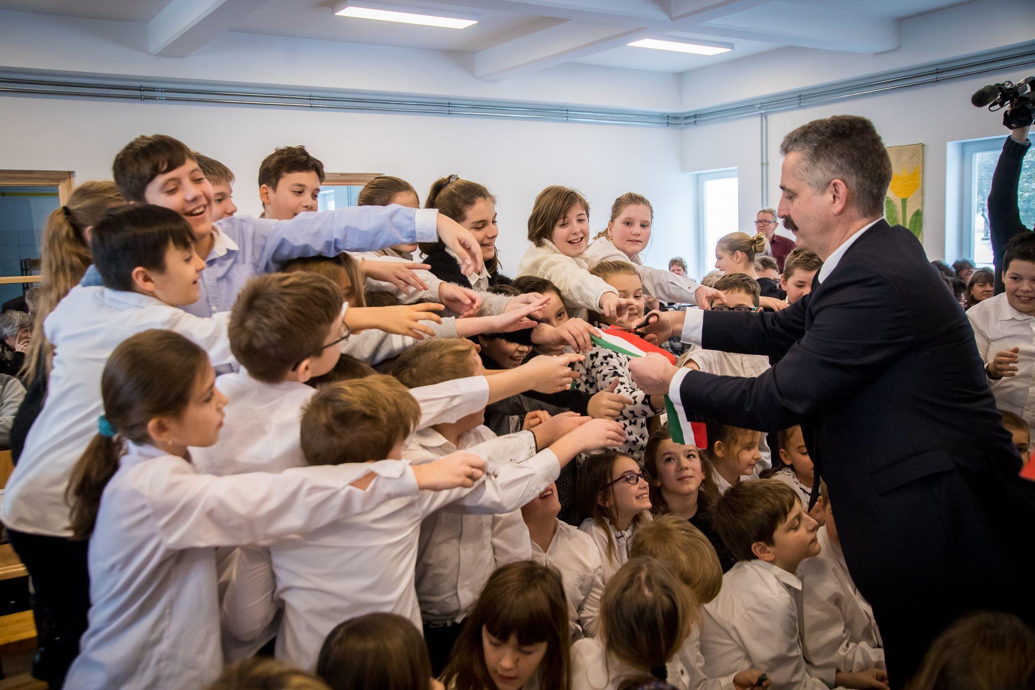 Tessely Zoltán egy iskolában meghirdette az Ismét Tegyük Naggyá Magyarországot programot