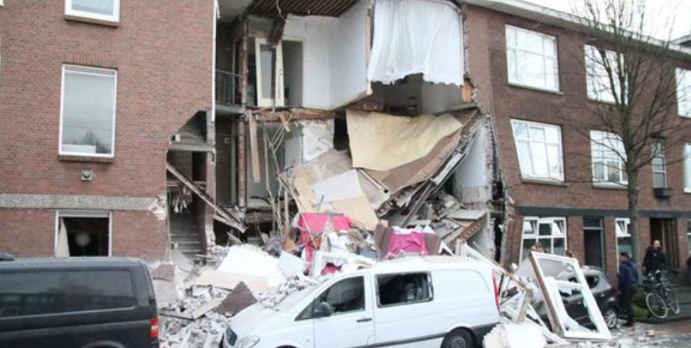 Robbanás döntött össze egy házat Hágában, emberek lehetnek a romok alatt
