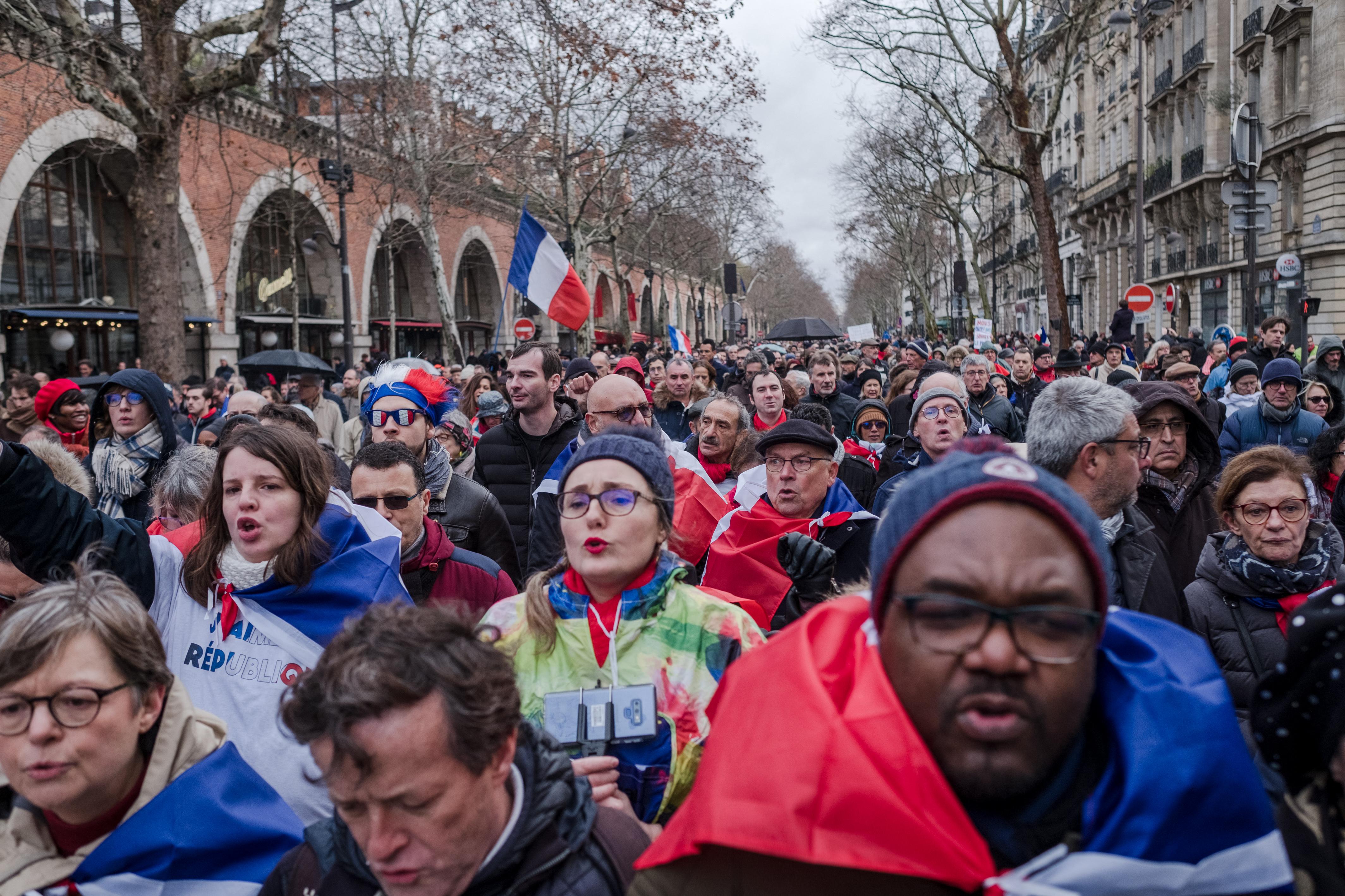 Békemenetet tartottak Párizsban, elegük van az erőszakos tüntetésekből