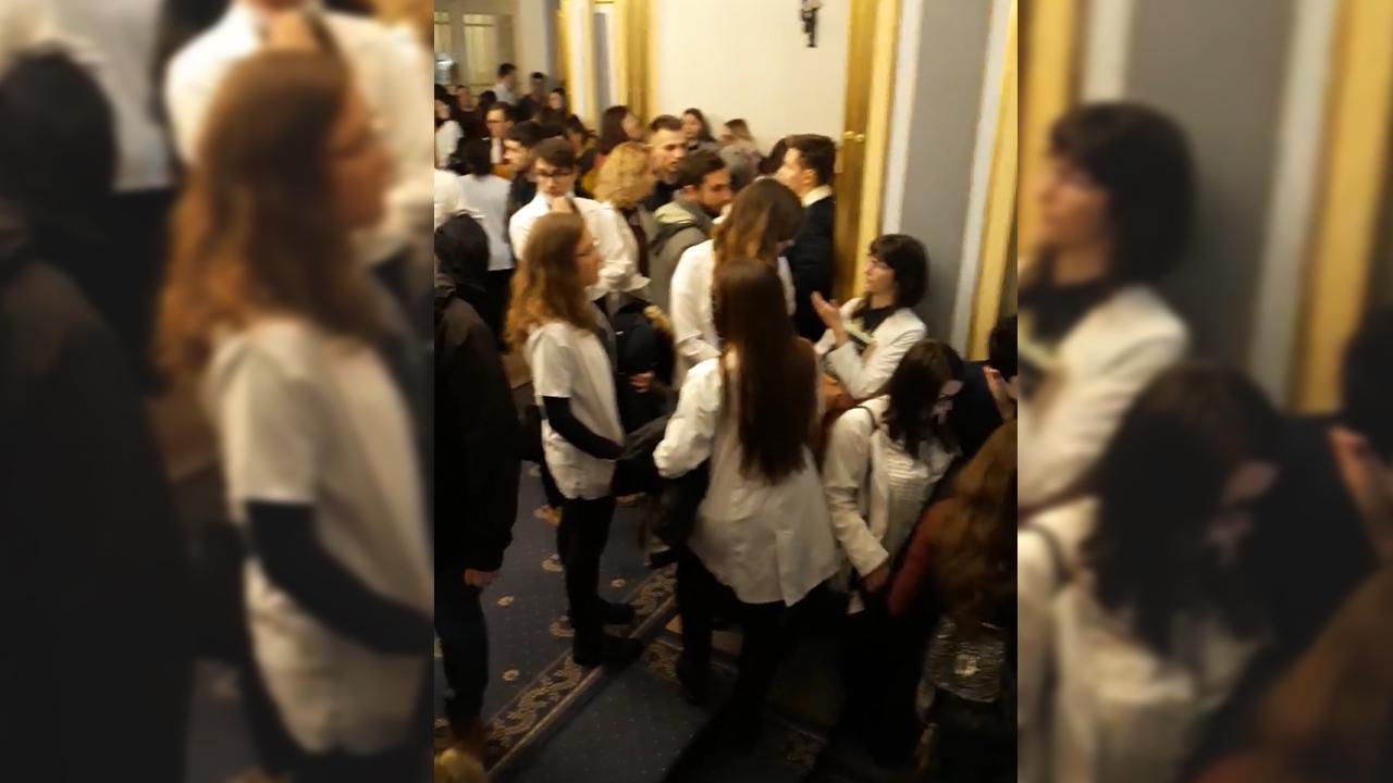 Csendes tüntetéssel követelték a magyar kar felállítását a Marosvásárhelyi Orvosi Egyetem hallgatói