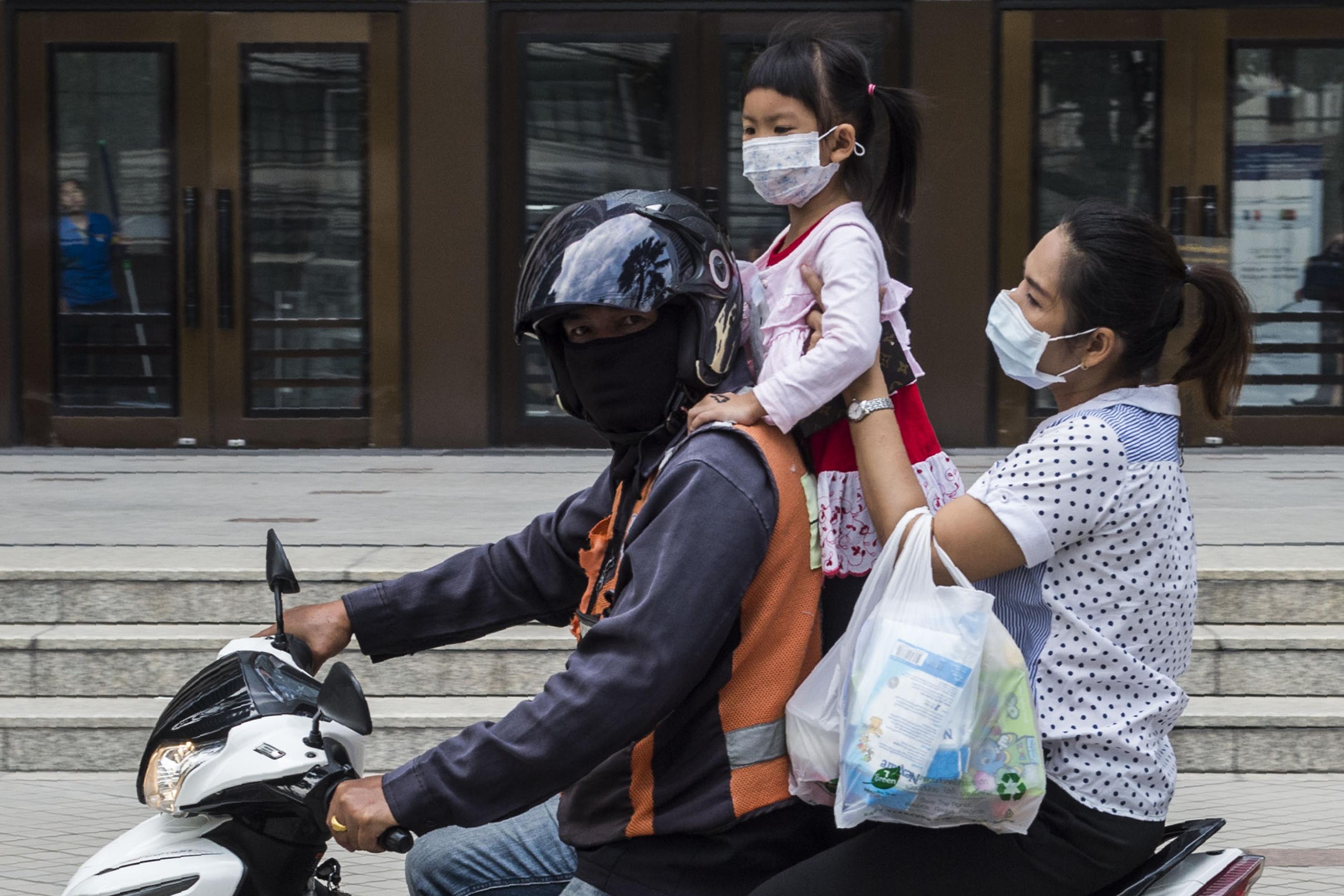 Több mint 400 iskolát zárattak be Bangkokban a szmog miatt