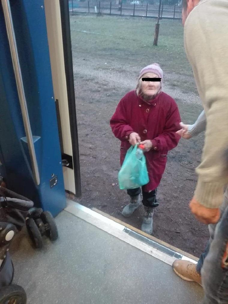 A lejárt igazolványa miatt lerakta a kalauz a vonatról a 74 éves nénit, de az utasok induláskor visszahúzták és kifizették a jegyét