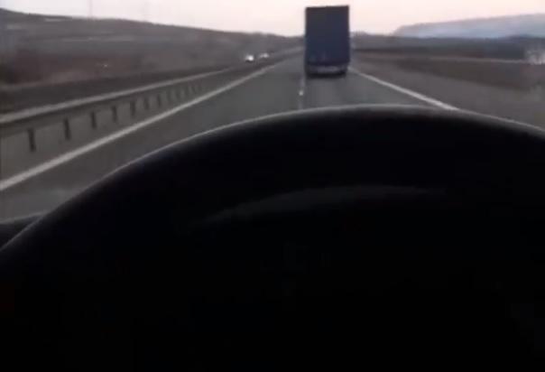 Újabb romániai kisbusz szenvedett balesetet, mert a sofőr vezetés közben élőben közvetített