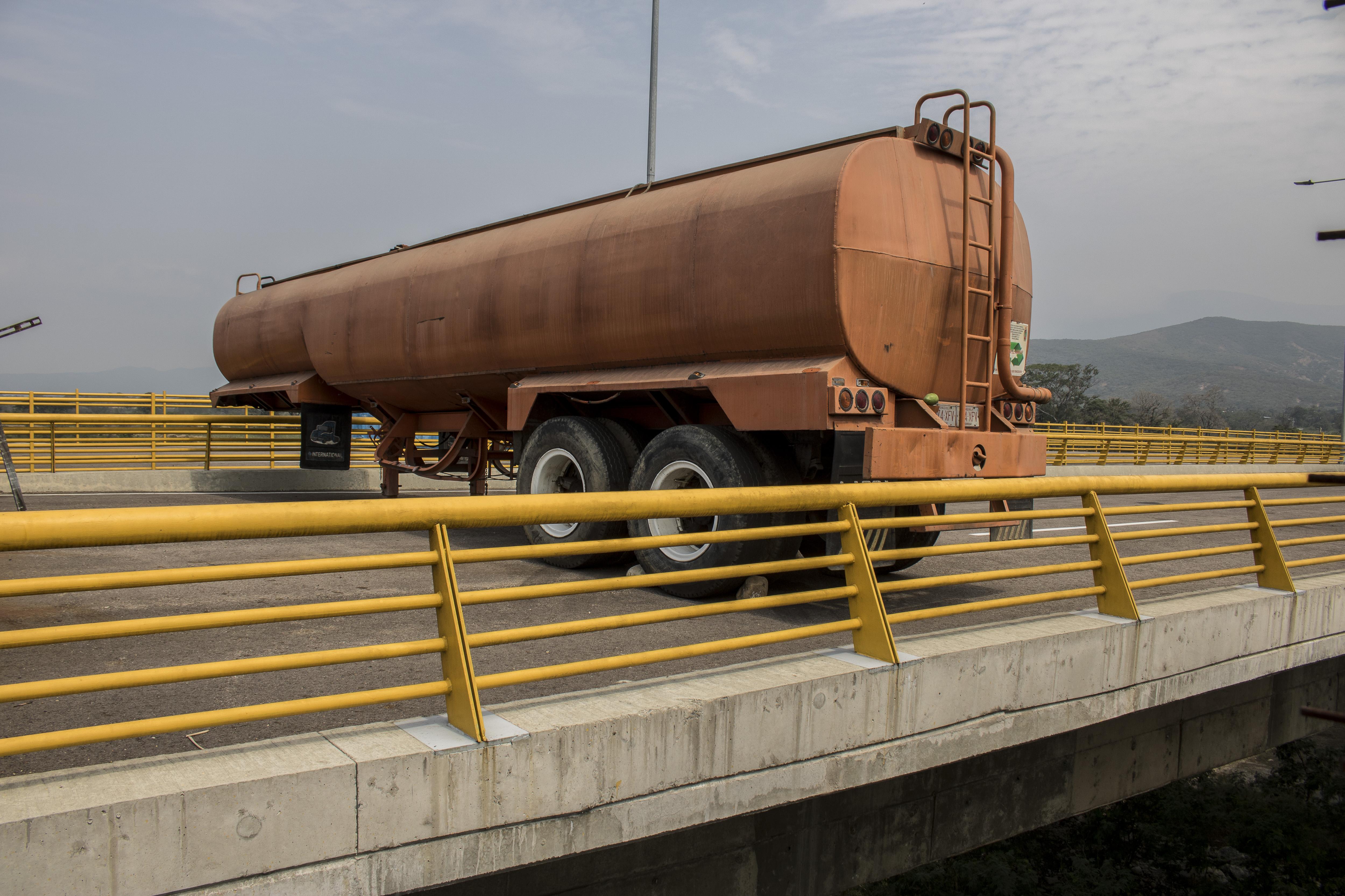 Barikádot emelt a venezuelai hadsereg a határra, hogy megakadályozza a segélyek bejuttatását