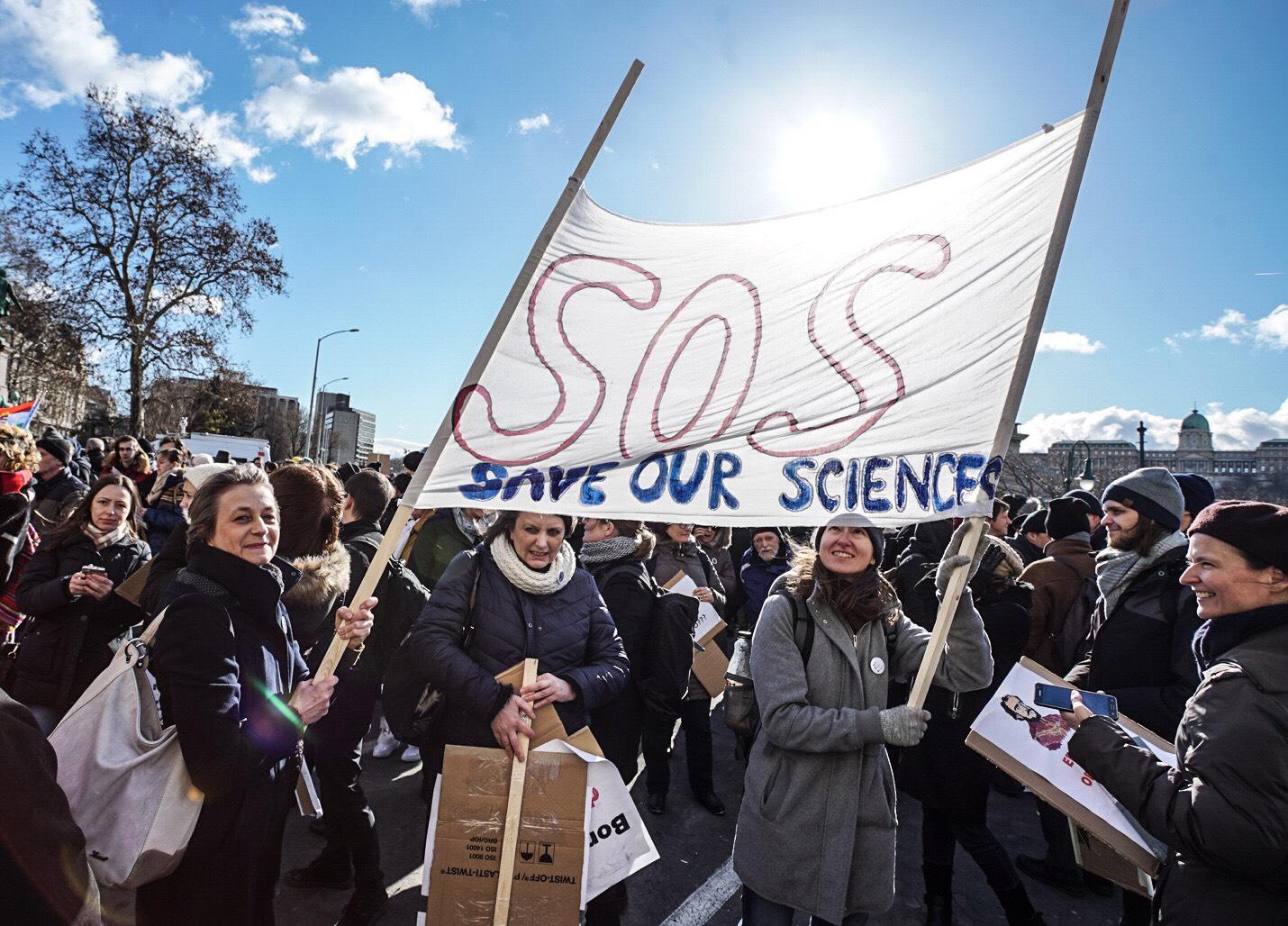 Ha a politika azt mondja, 2x2 az 6, mit tehet a tudomány?