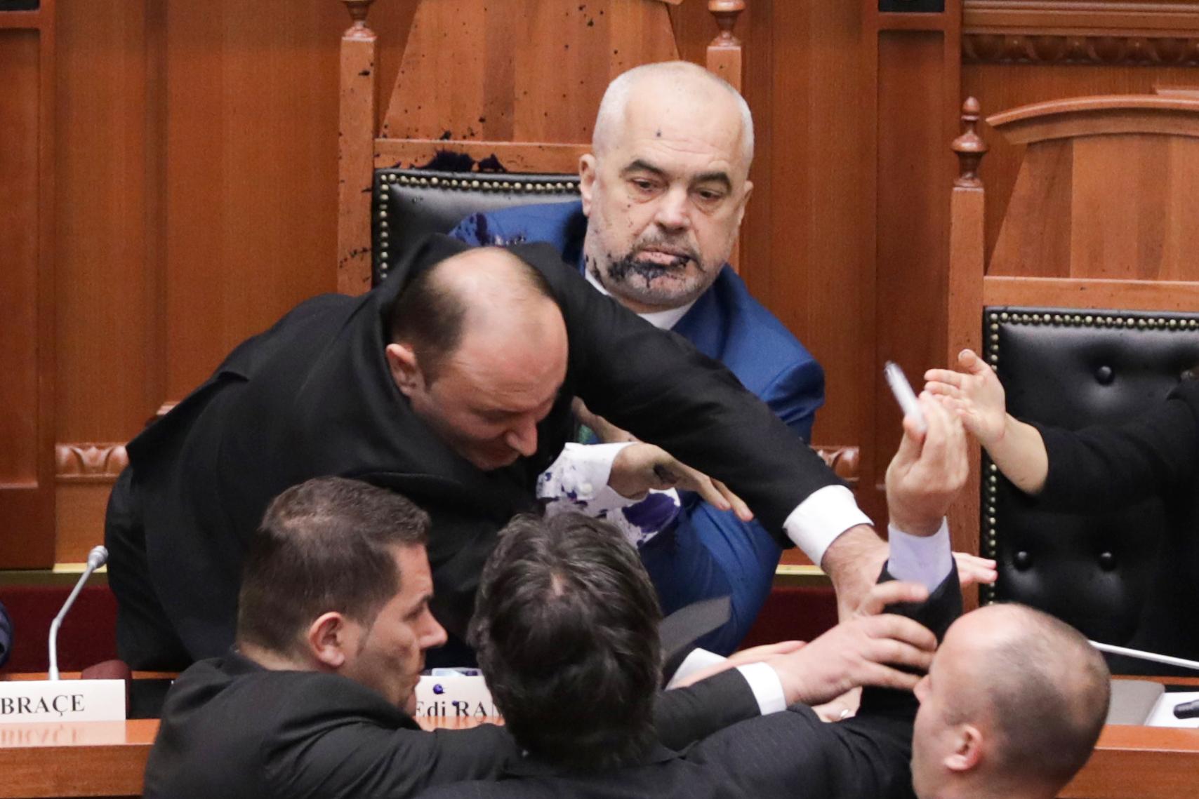 Tintával fröcskölte le az albán miniszterelnököt egy ellenzéki képviselő