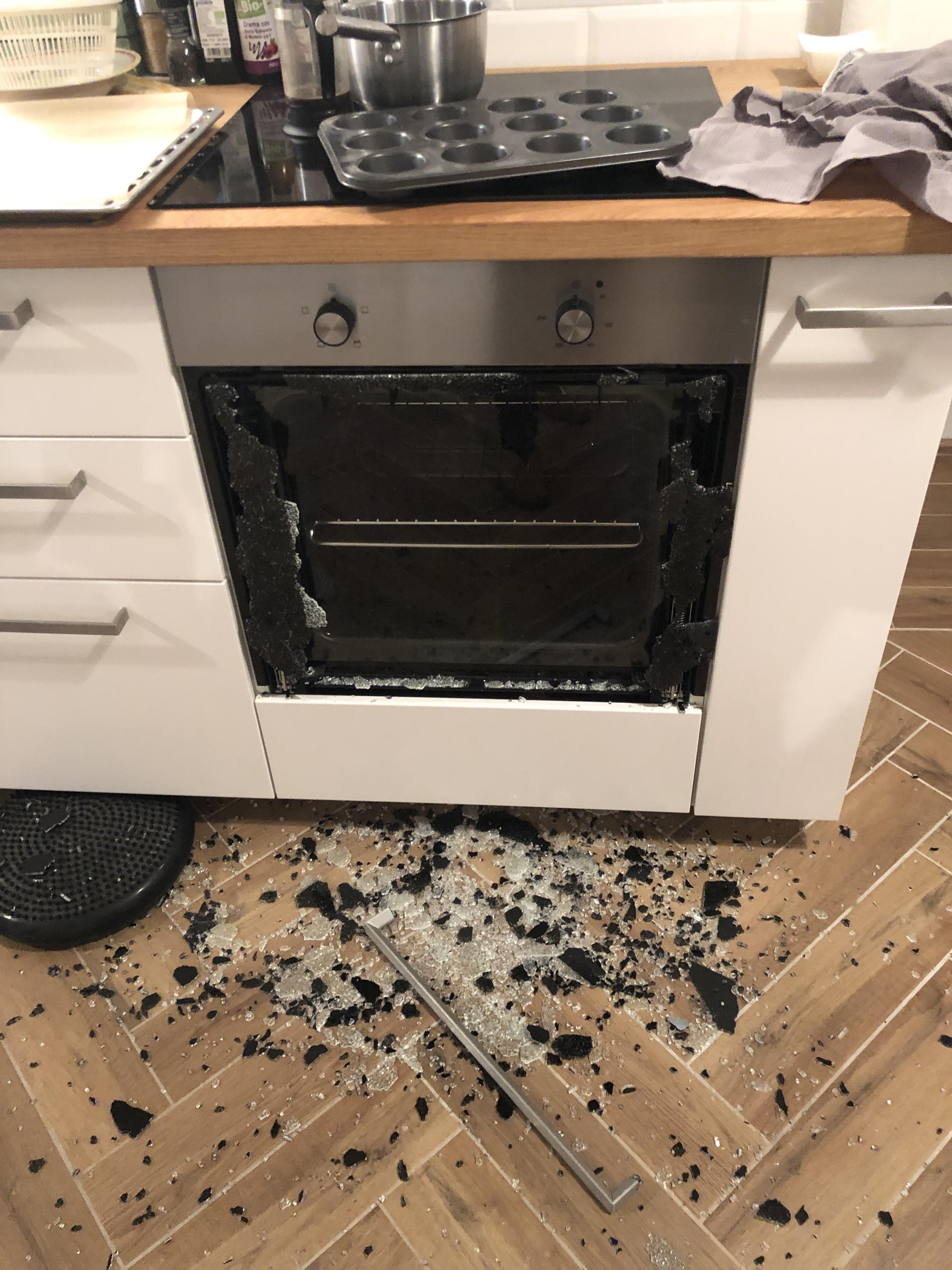 Felrobbant a frissen vásárolt sütője üvege, mire az Electrolux közölte, hogy az ő sütőjük egyszerűen nem képes elromlani, ezért csakis ő lehet a hibás