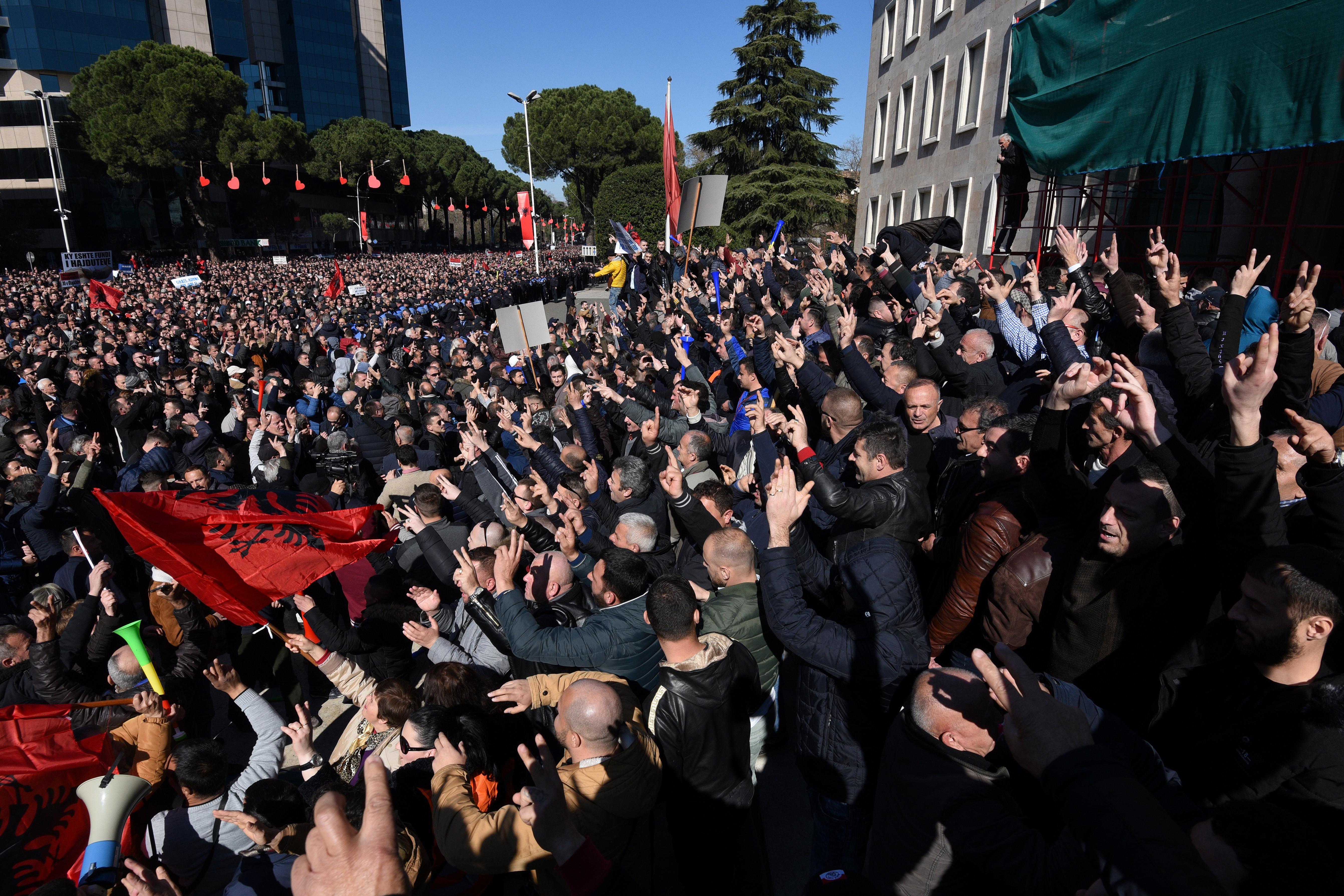 Ezrek Tirana utcáin, ellenzéki tüntetők kis híján betörtek a miniszterelnöki hivatalba