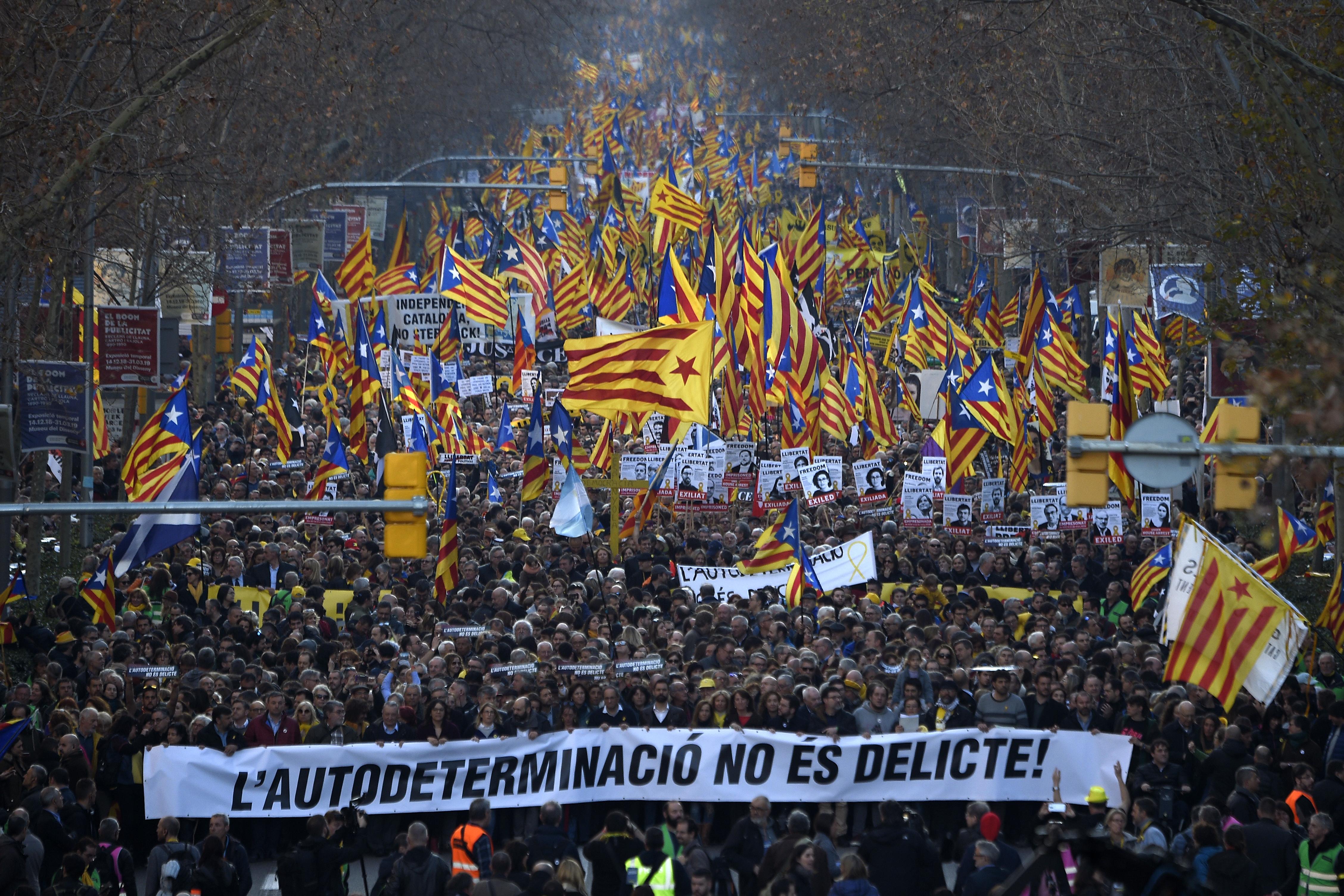 Tízezrek tüntettek Barcelonában a katalán szeparatisták bebörtönzése ellen