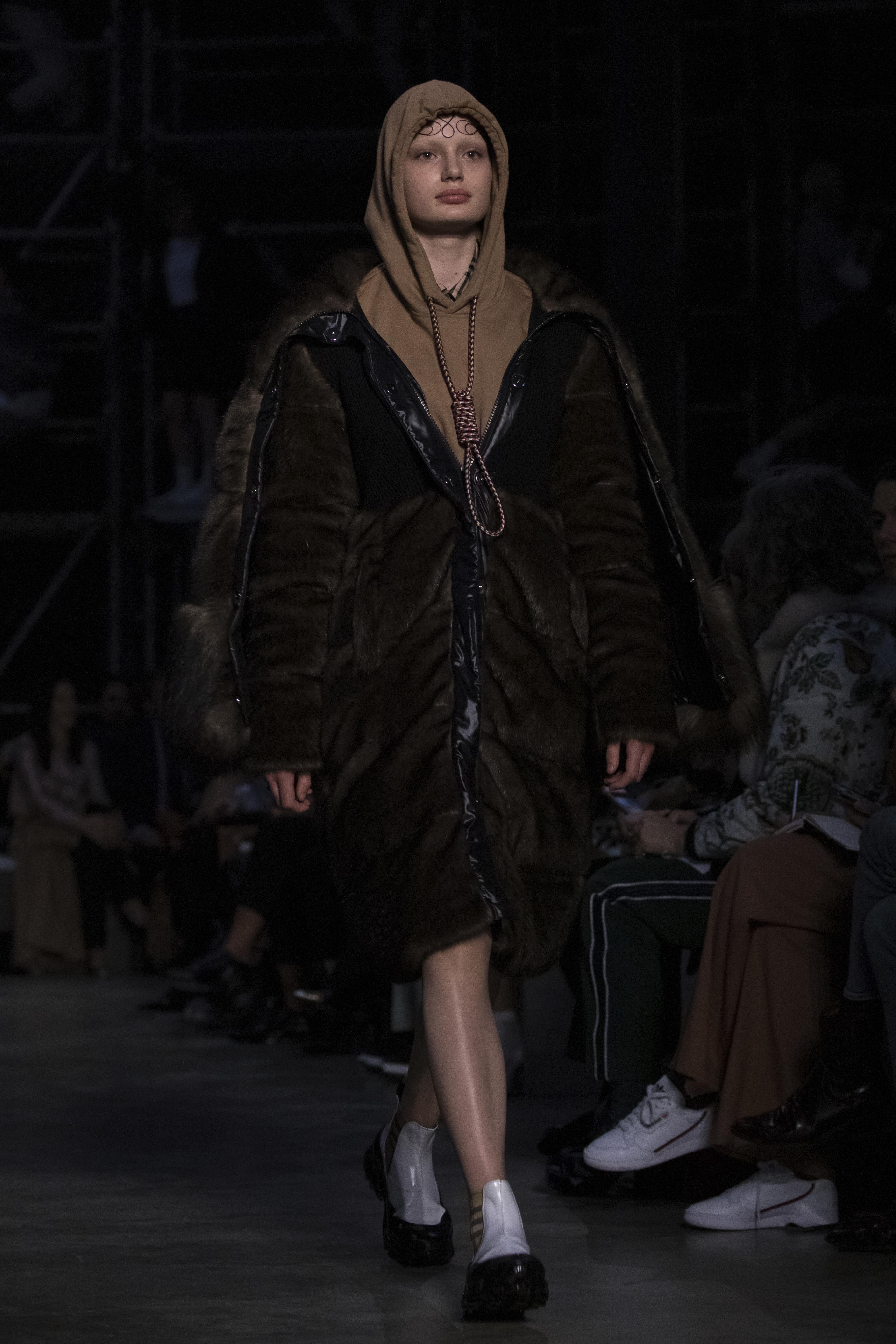 Kiakadt egy modell a londoni divatbemutatón, mert egy hurkot raktak a nyakába, mintha akasztanák