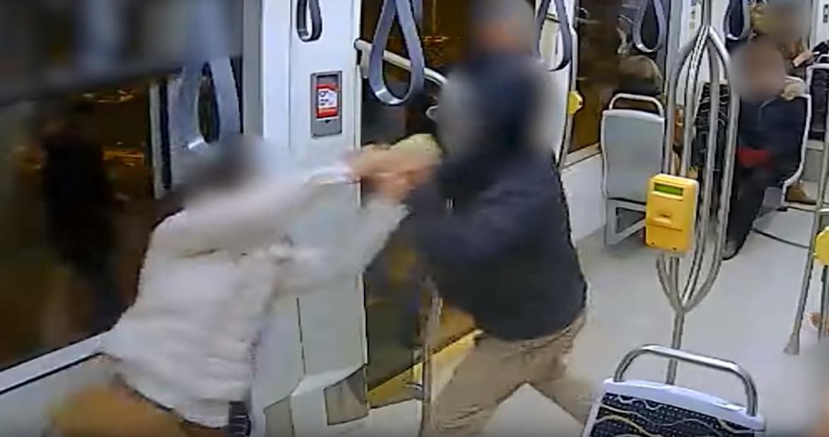 Pókembernek nincs ilyen szorítása: a rabló el akart menekülni a mobillal, de a nő rátapadva maradt a 17-es villamoson