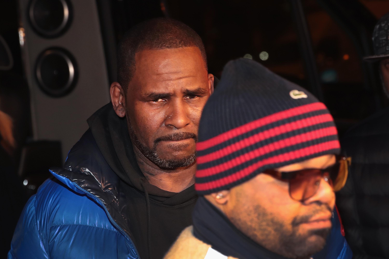 Egymillió dolláros óvadékot kell kipengetnie a szexuális zaklatással vádolt R. Kelly-nek, ha szabadulni akar