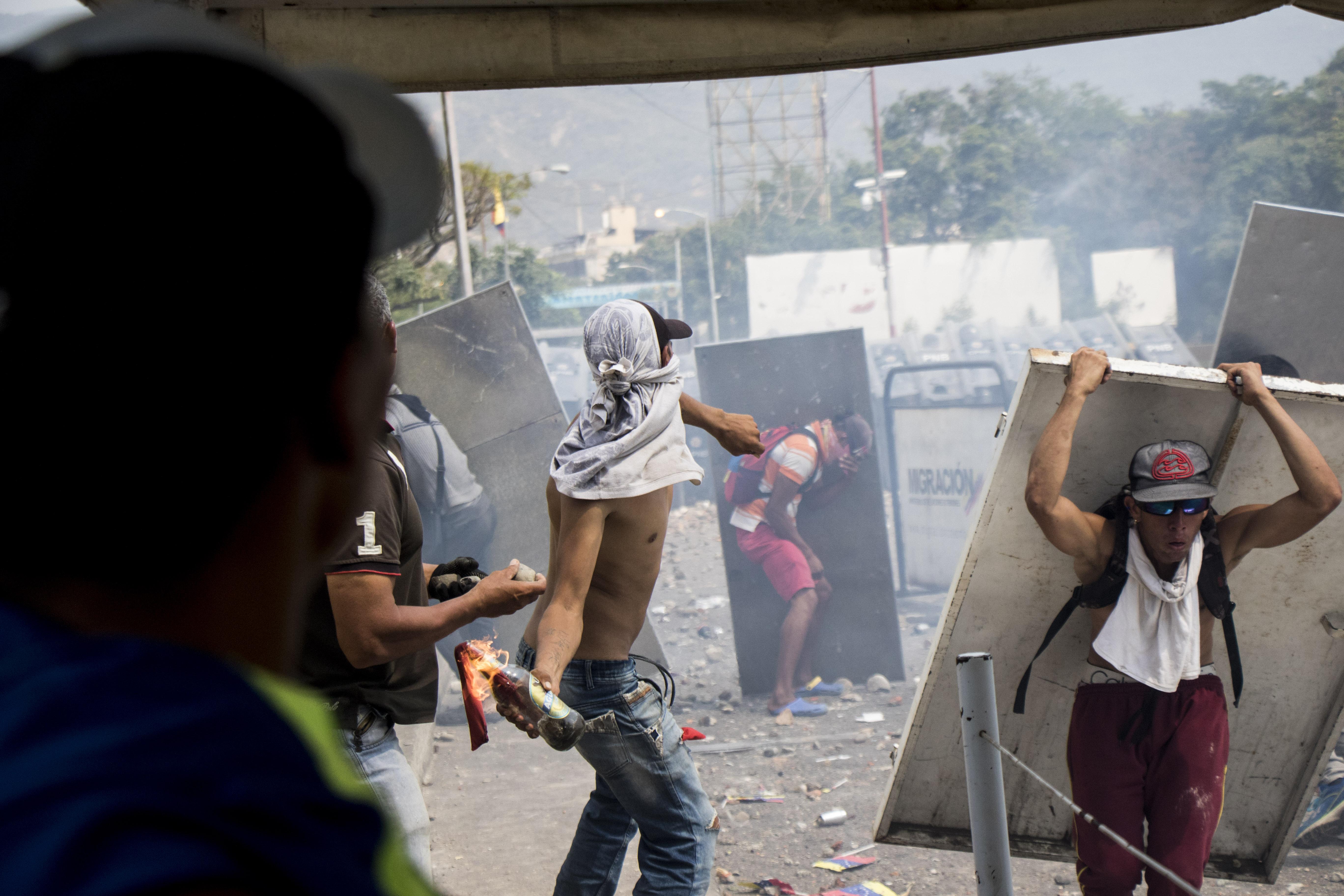 Kitört a harc a segélyekért Venezuela határain, többen meghaltak