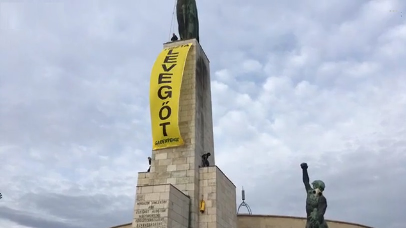 Felmásztak a Szabadság-szoborra a Greenpeace aktivistái, hogy a légszennyezettség ellen tiltakozzanak