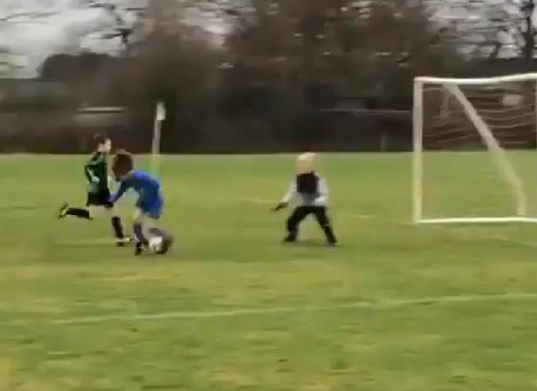 Ez a kisgyerek sokkal nagyobb gólt lőtt, mint bármelyik szőrös, görbe lábú férfi