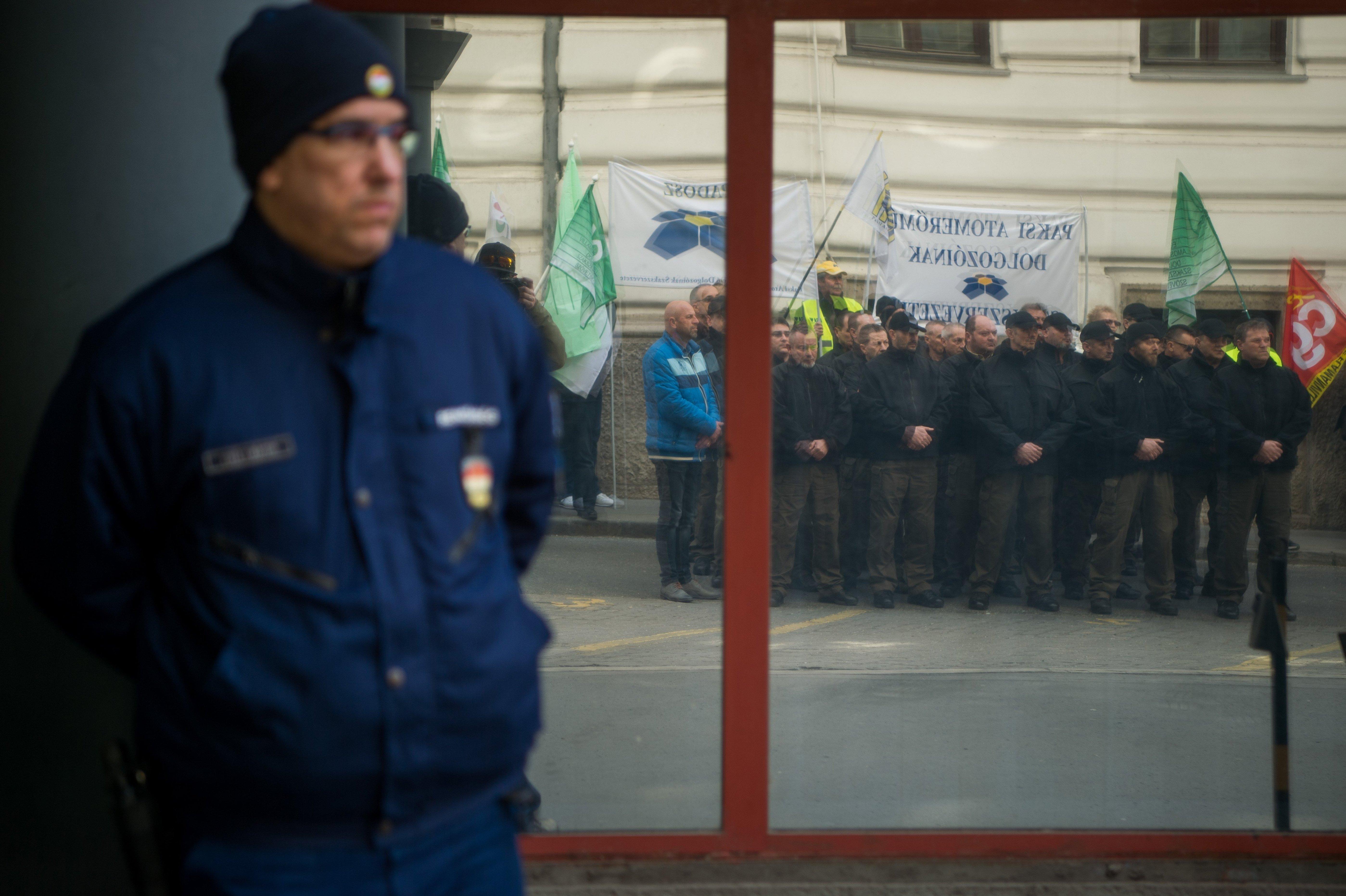 A minisztériumnál tüntettek a paksi atomerőmű szakszervezetei