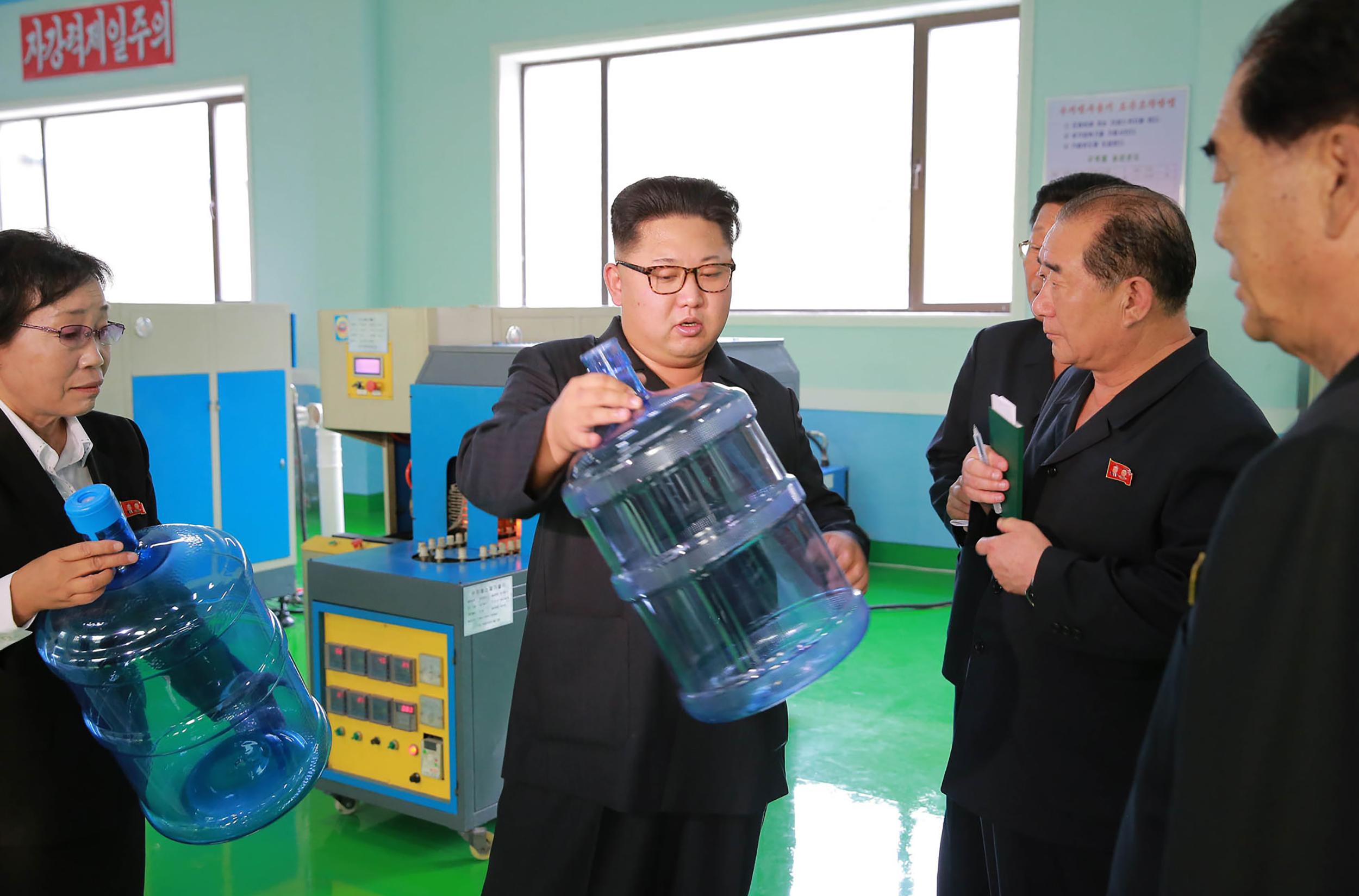 Lefoglalták a Kim Dzsong Unnak küldött 90 ezer üveg orosz vodkát