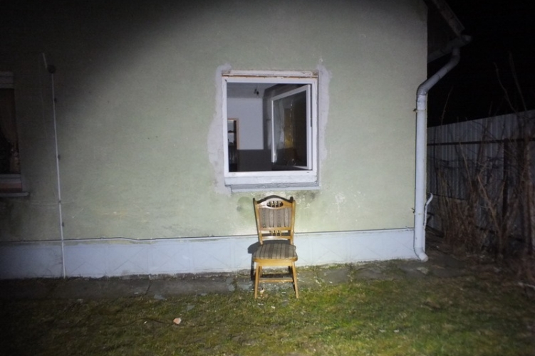 Richárdnak túl magasan volt az ablak, ha nincs ott egy szék, be sem tud törni rendesen a házba
