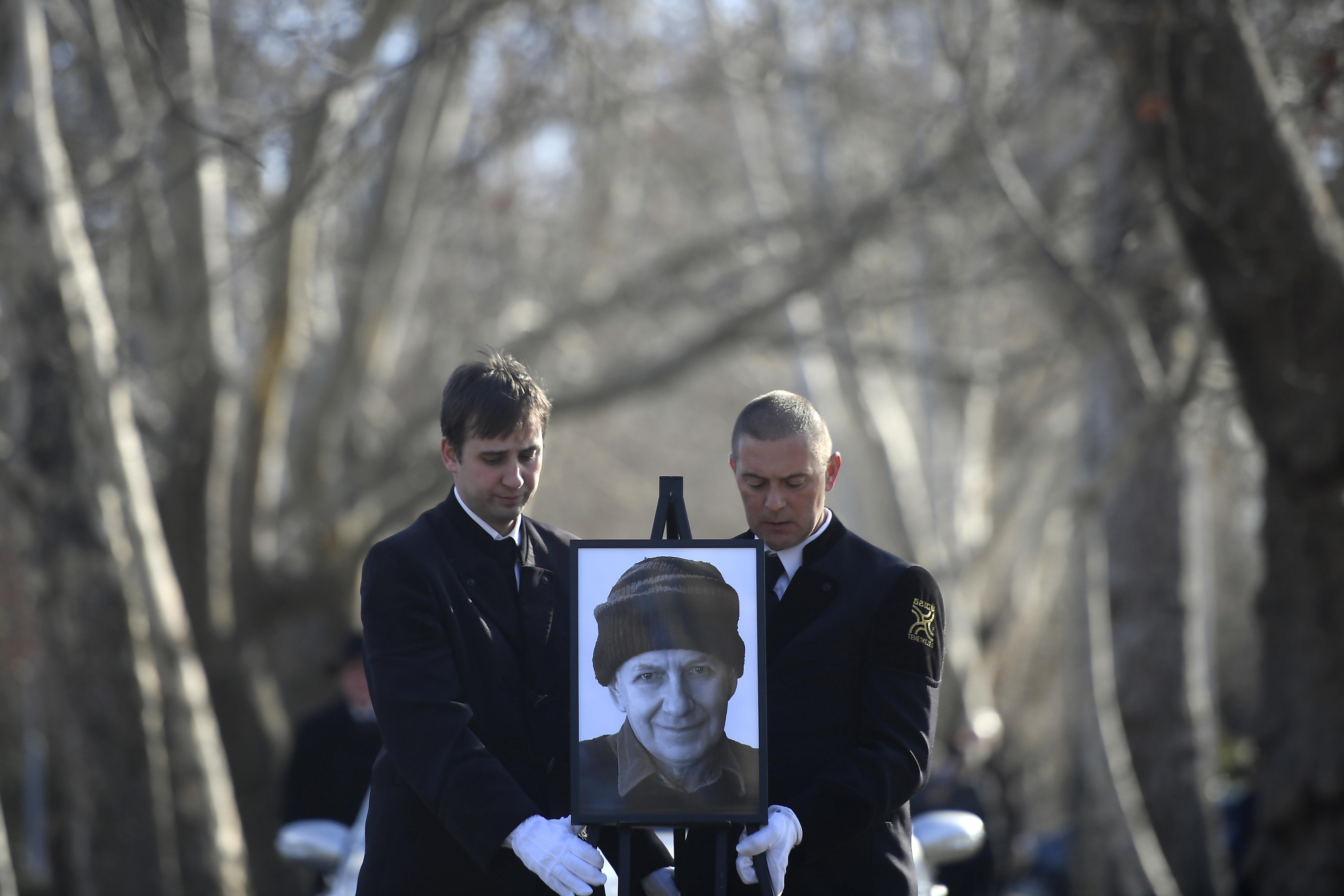 Madárcsicsergés szólt, amíg a földet szórták Tandori Dezső sírjára
