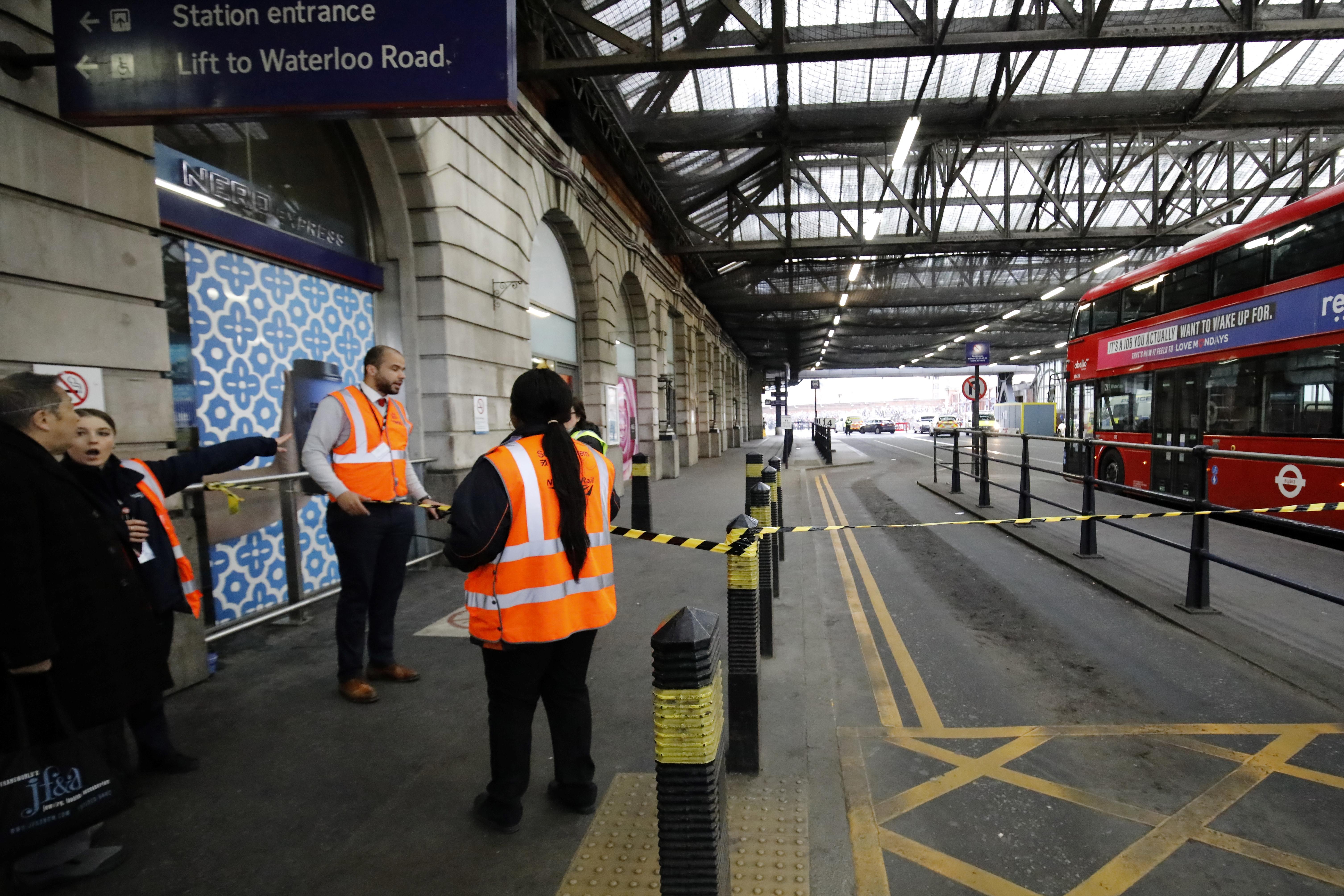 Lángra lobbanó levelek érkeztek két londoni repülőtérre és egy vasútállomásra