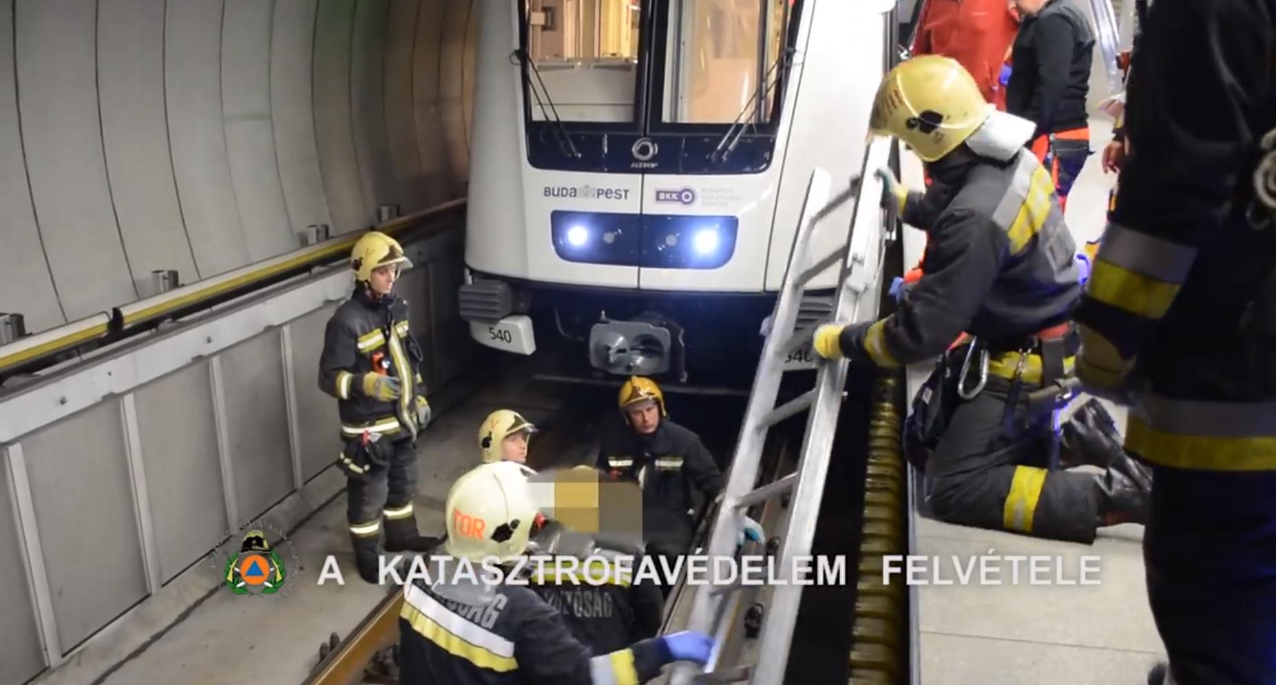 Egy férfi beesett a metró alá a Fővám térnél, és TÚLÉLTE