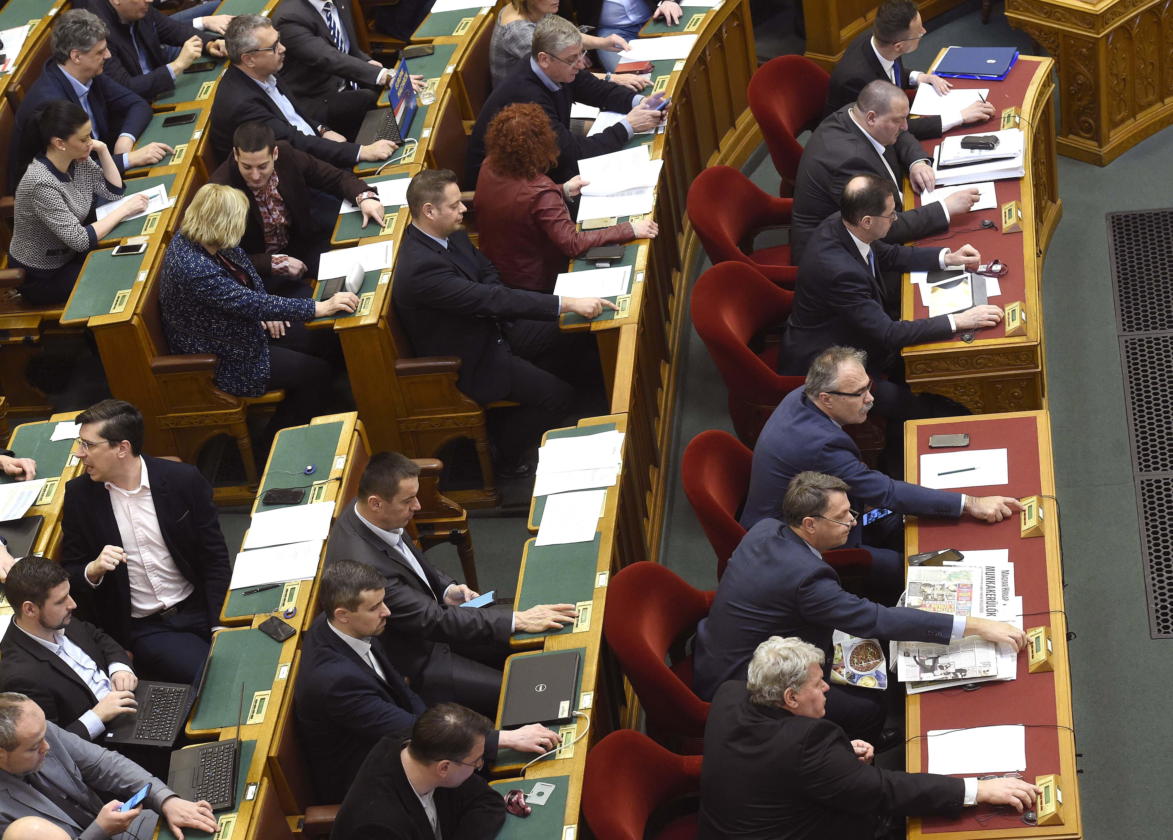 Jogállam: az Országgyűlés elfogadta a lex Dézsit