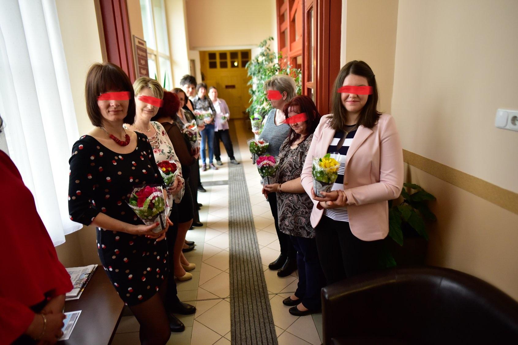 Tessék beállni szépen a fotóhoz a képviselő uraktól kapott virággal