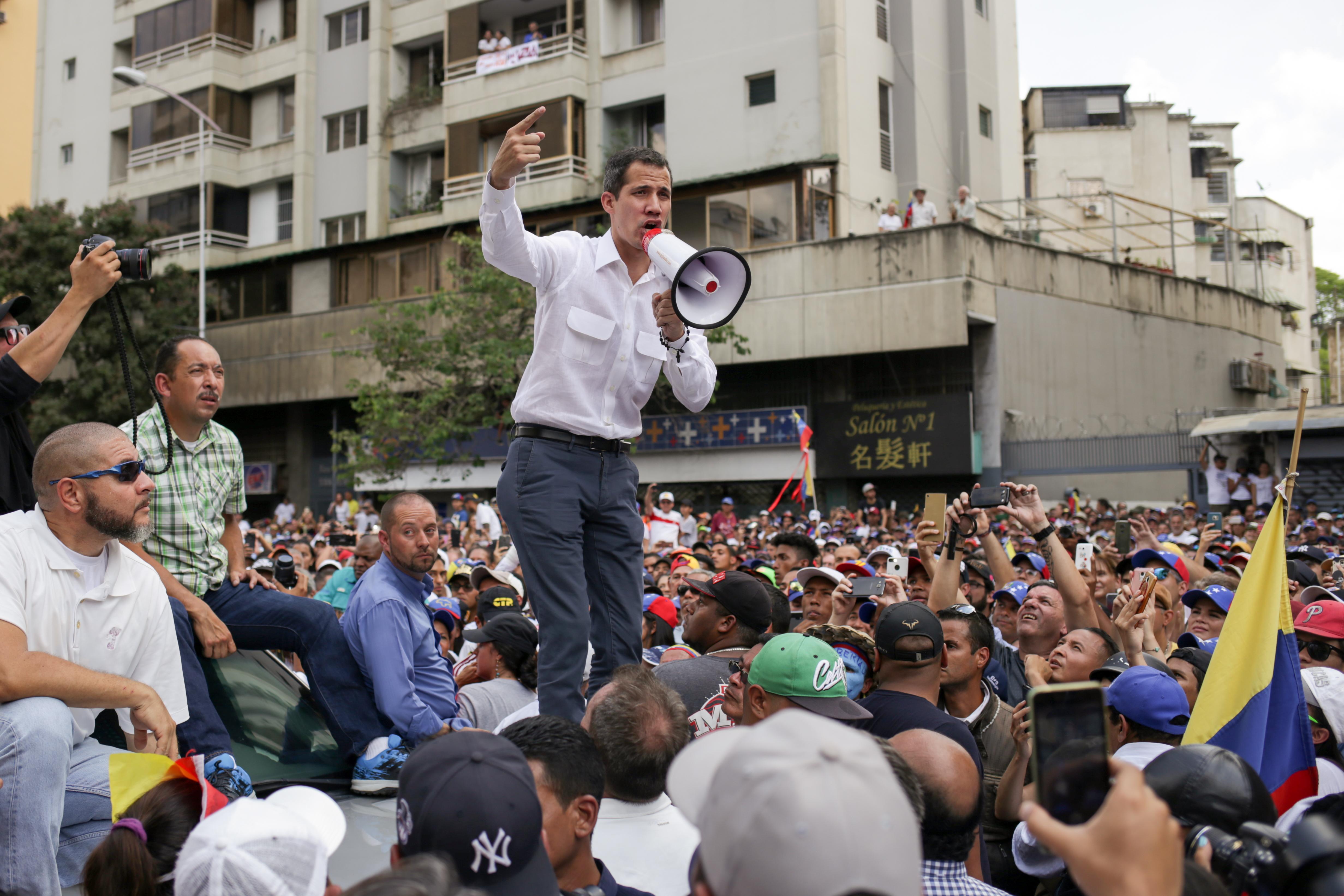 Juan Guaidó Venezuela történelmének legnagyobb tüntetését szervezi, hogy elűzzék Madurót