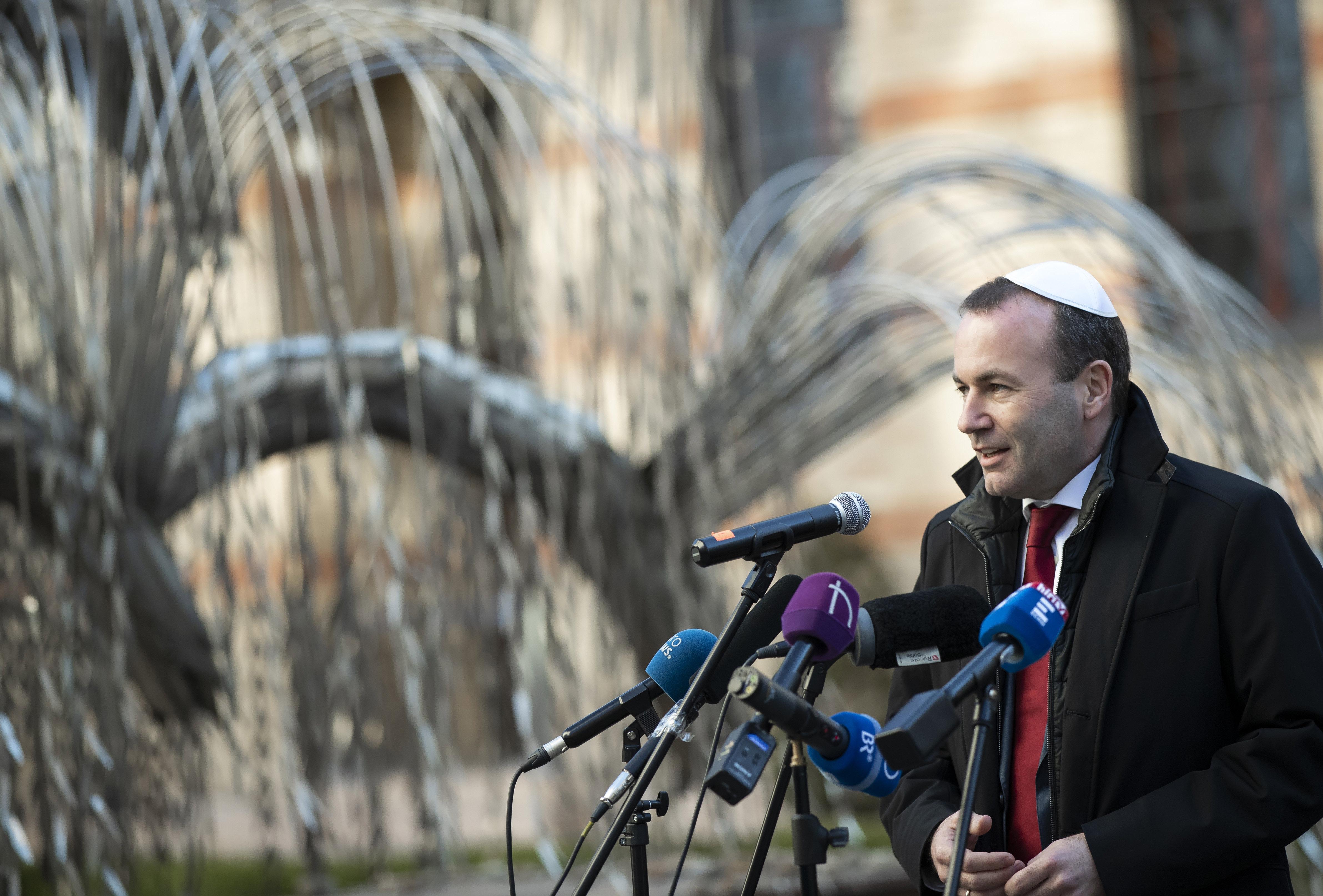 Weber azt akarja, hogy Orbán kérjen bocsánatot azoktól, akiknek problémát okozott