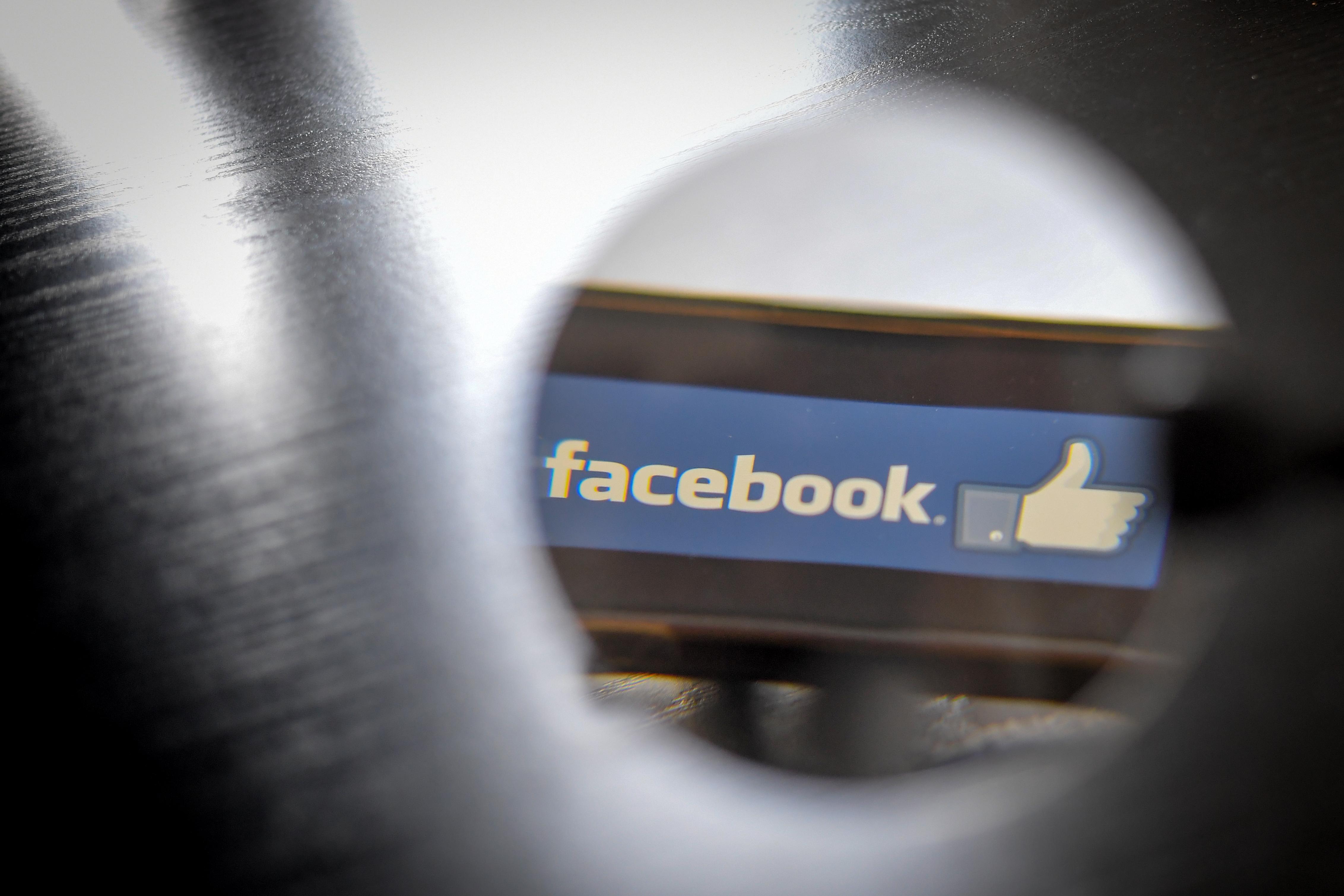 Törölni fogja a Facebook a holokauszttagadó posztokat